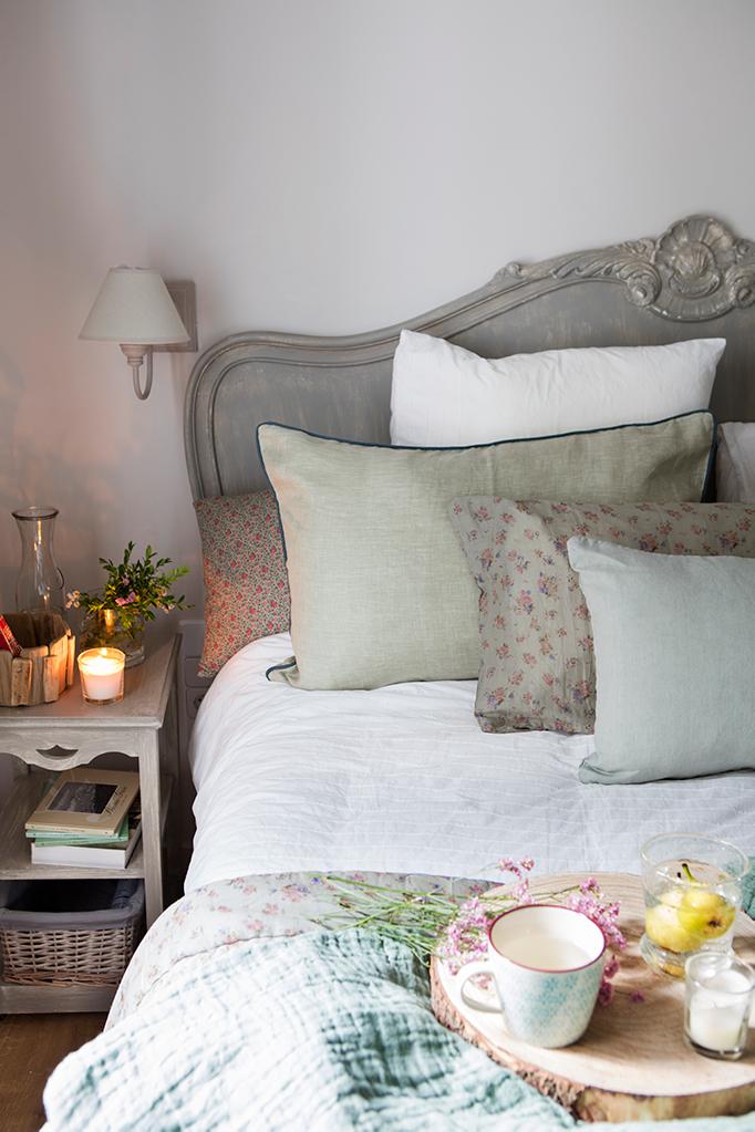 Un dormitorio lleno de cojines - Cojines para cabeceros ...