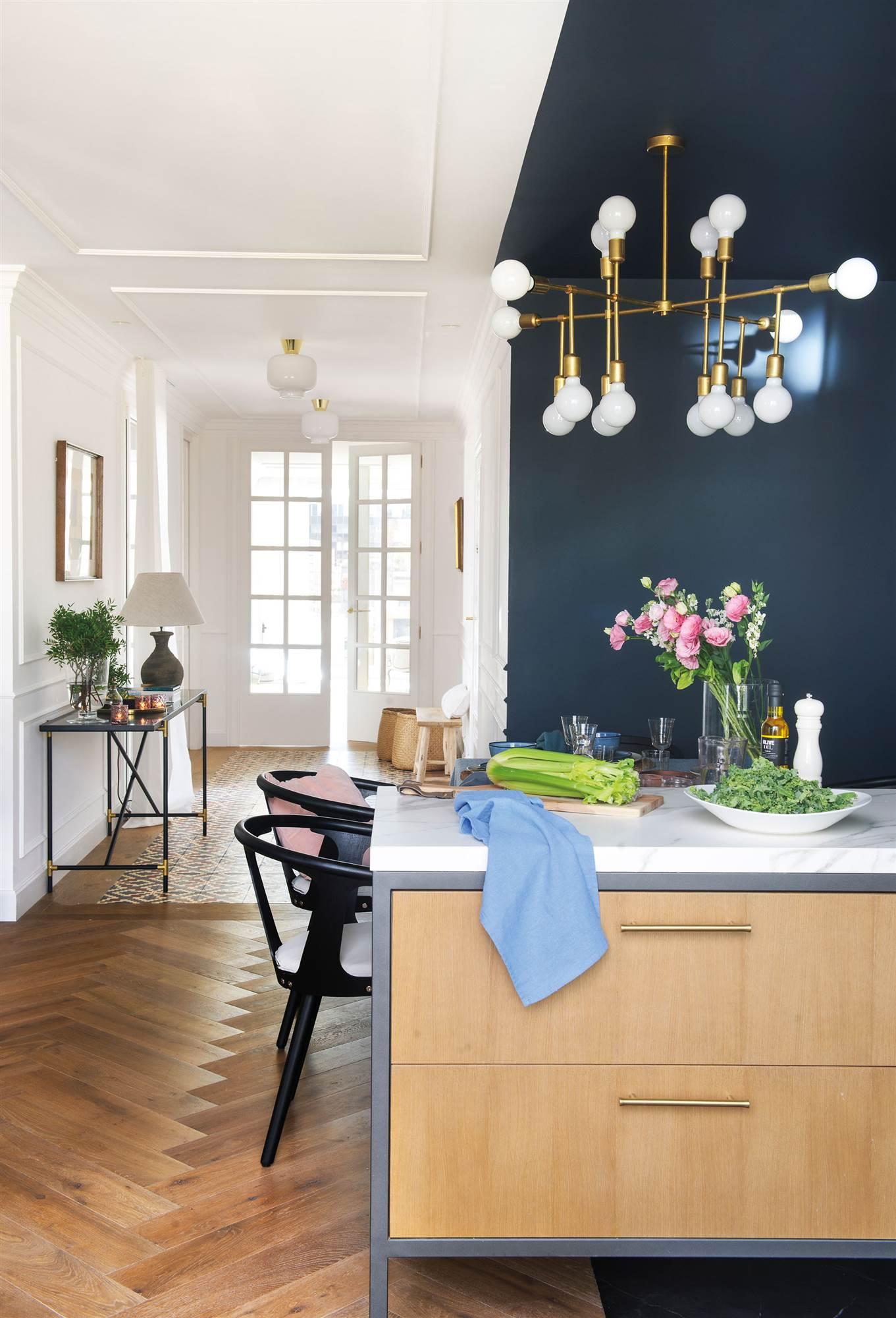 00470673. Cocina abierta con muebles de madera, cogedores dorados y lámpara de techo dorada 00470673