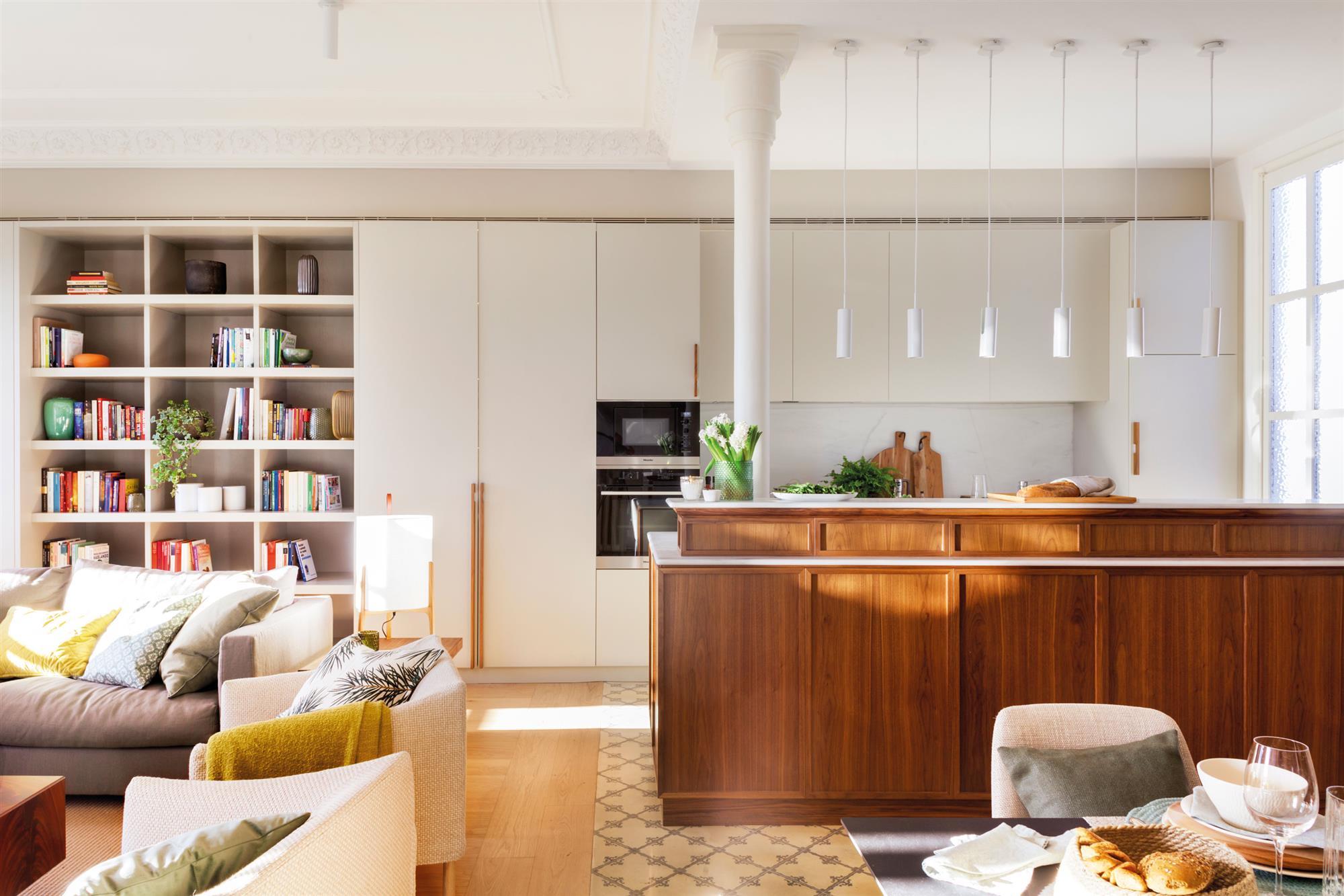 00472163. Cocina abierta a salón con isla de madera 00472163