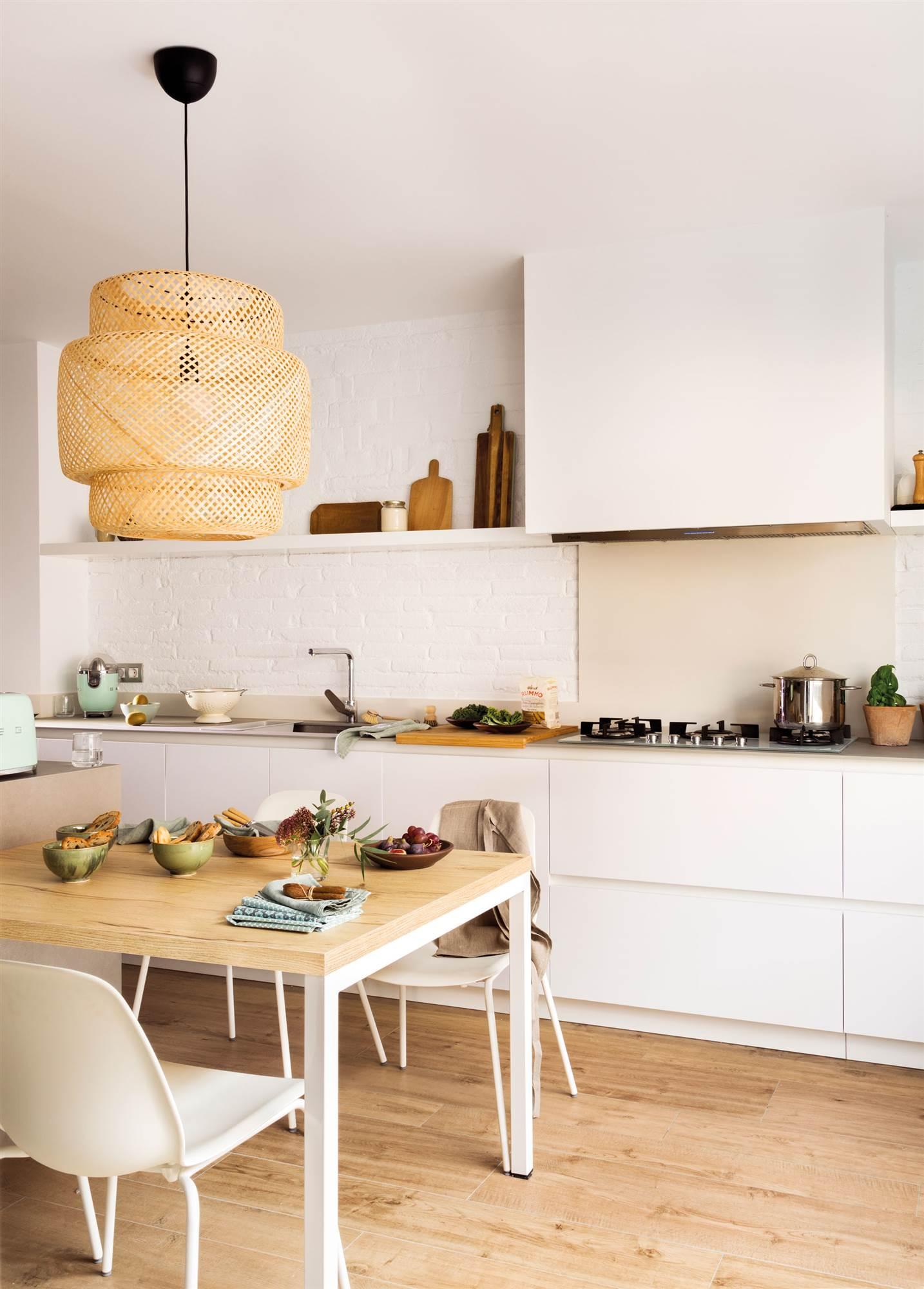 00472319. Cocina blanca con pared de ladrillo pintado, office y lámpara de fibra 00472319