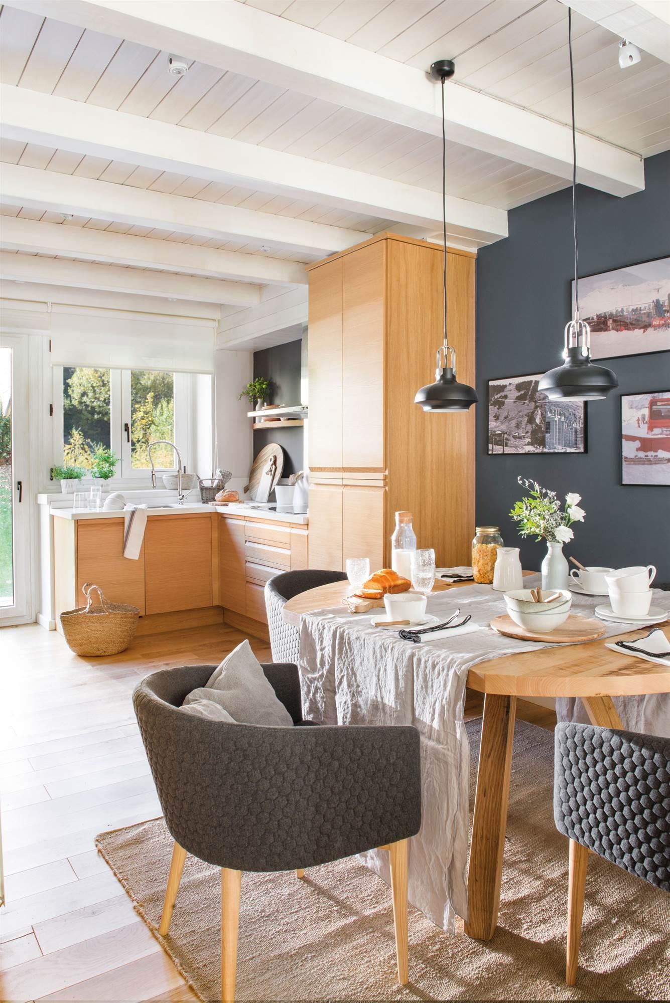 00472456. Cocina comedor con pared azul oscuro y muebles de madera 00472456