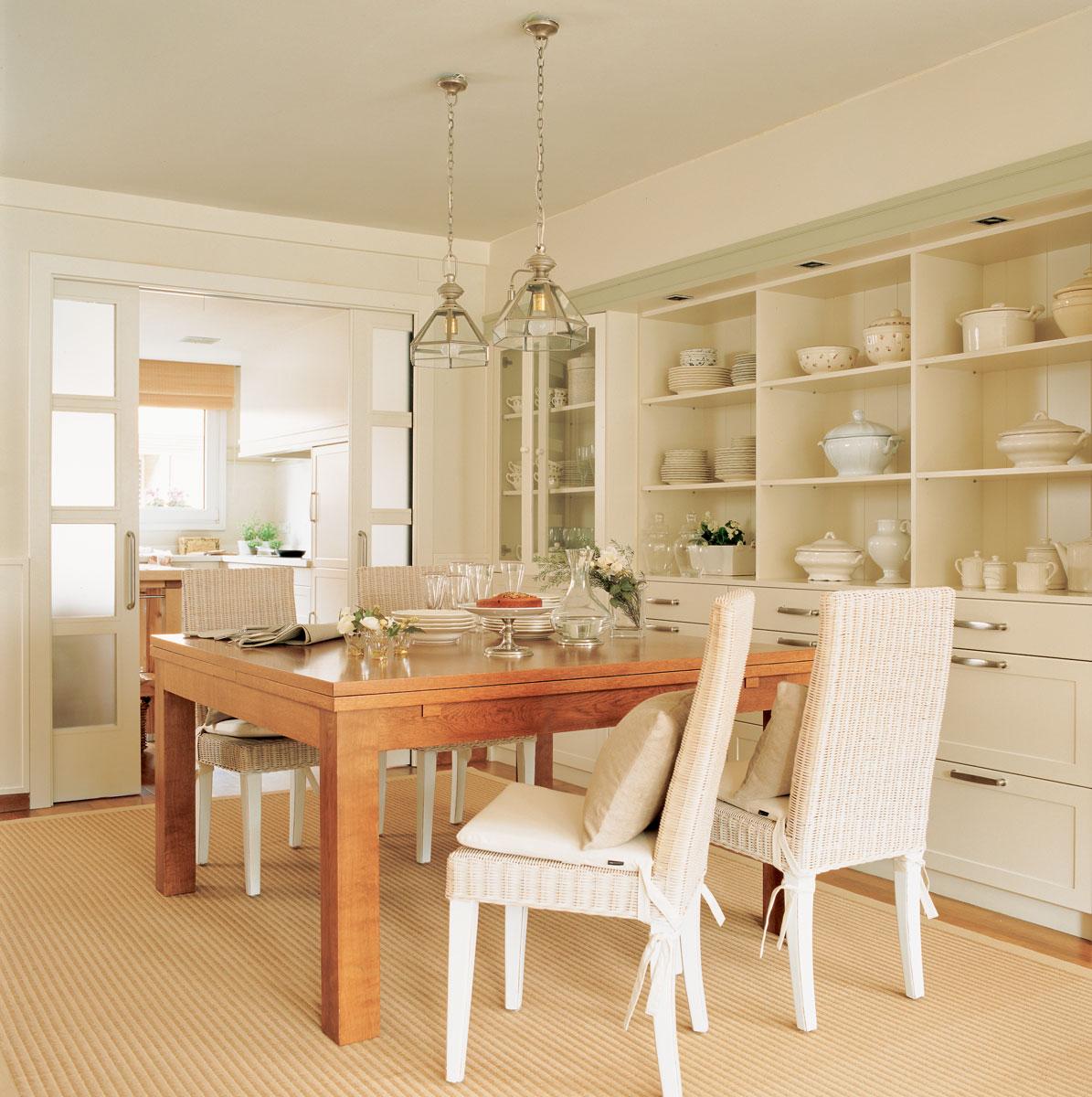 92 fotos de vitrinas for Mesas y sillas de comedor de madera