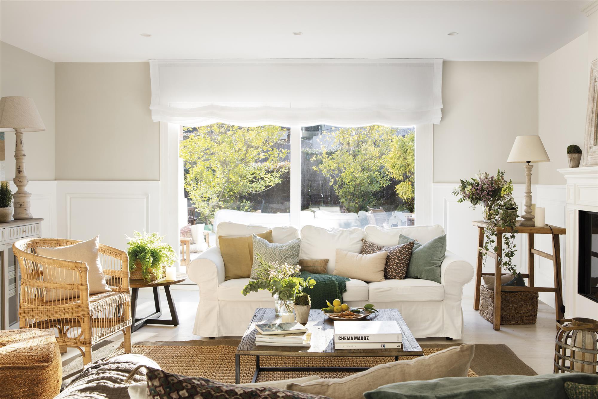 Una casa de color blanco muy bonita y elegante for Que color elegir para un pasillo oscuro