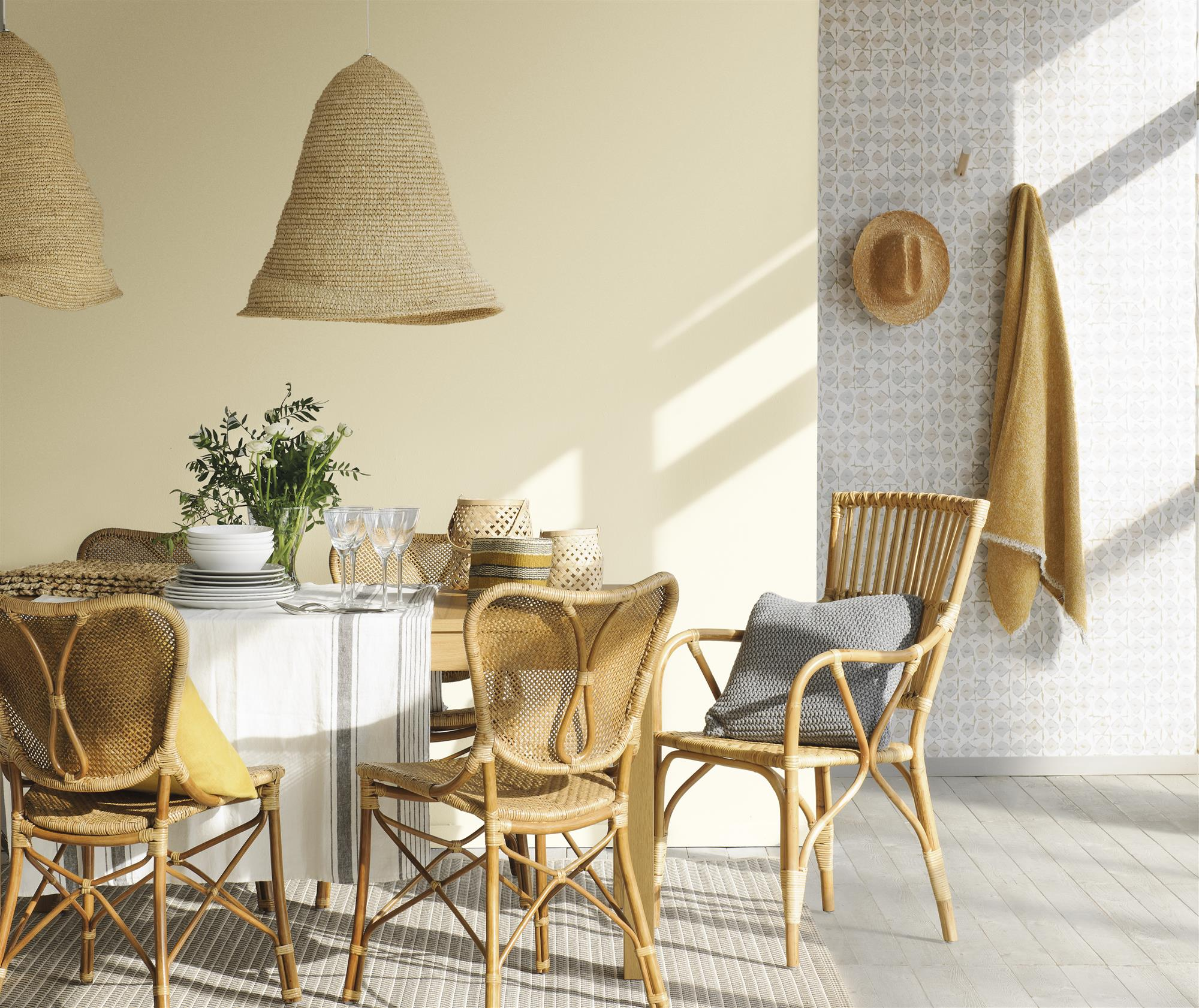 comedor con paredes de color beige y mobiliario de fibra natural_. ¿Cuál es el color ideal de tu casa?