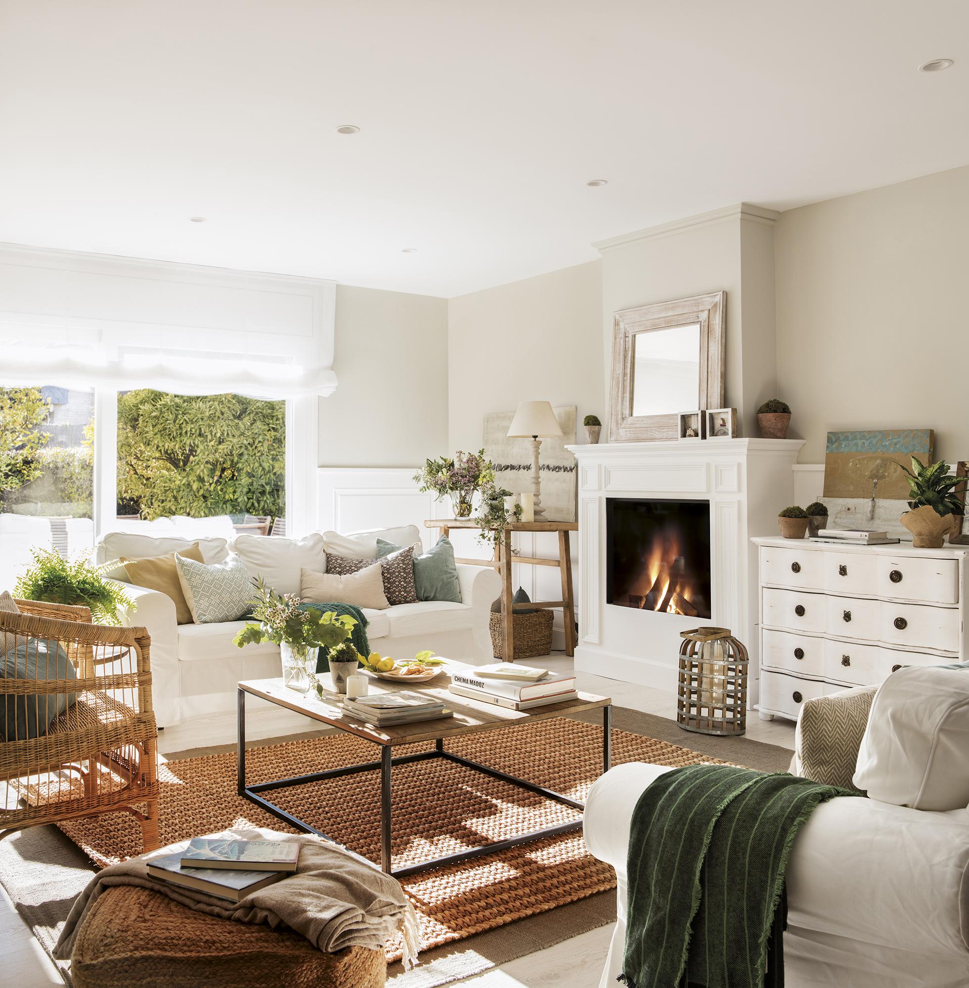 Una casa de color blanco muy bonita y elegante for Muebles de salon milanuncios