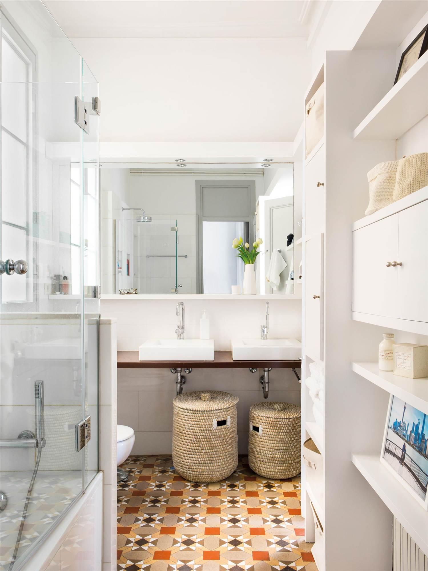 Muebles a medida para ganar espacio en un baño pequeño