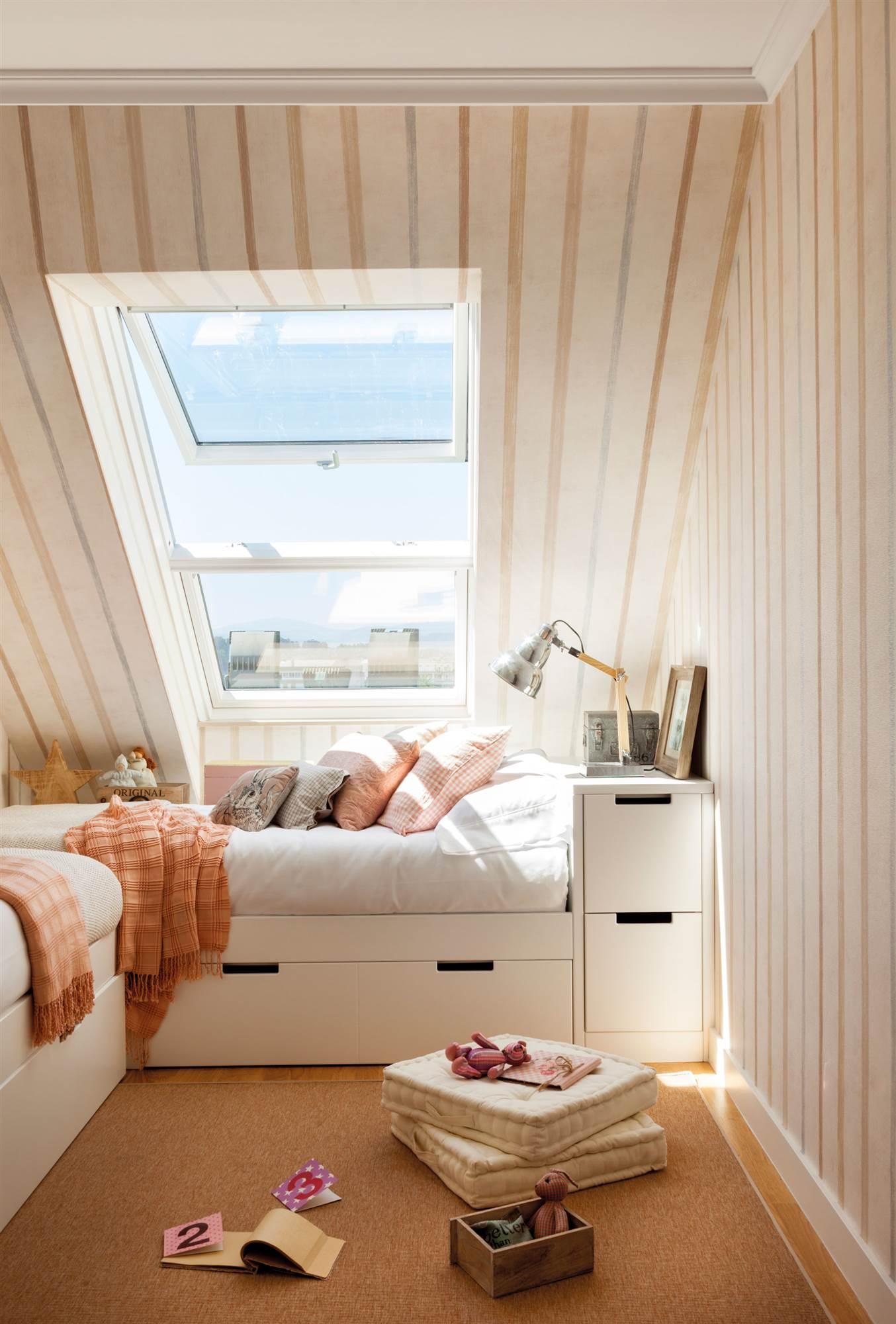 habitacin infantil en buhardilla con papel pintado 00466690 buhardillas con encanto - Buhardillas Con Encanto