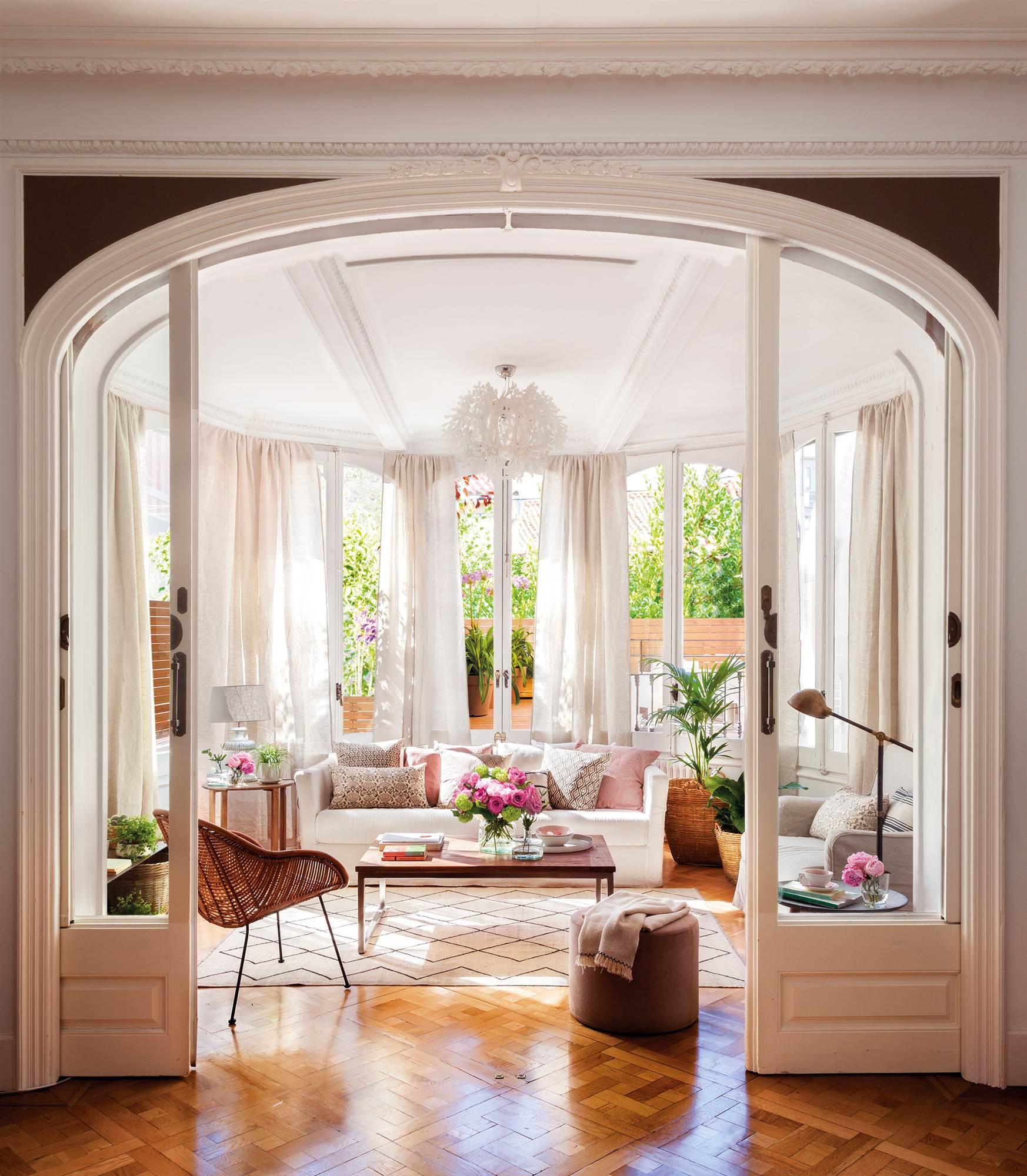 Salones cl sicos en diferentes estilos for Puertas acristaladas correderas