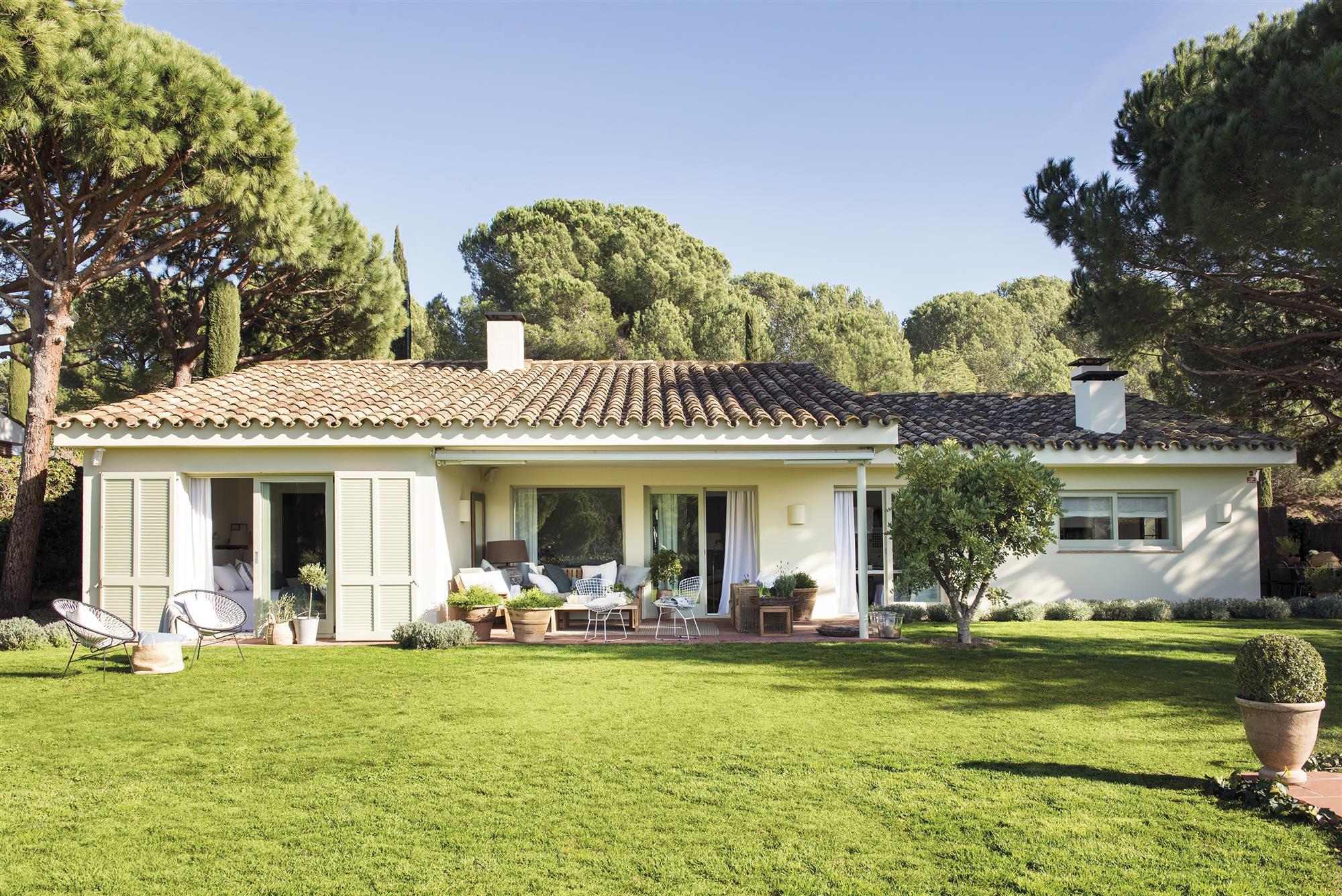 La casa de la decoradora elena jim nez un casa blanca y - Casas y jardines ...