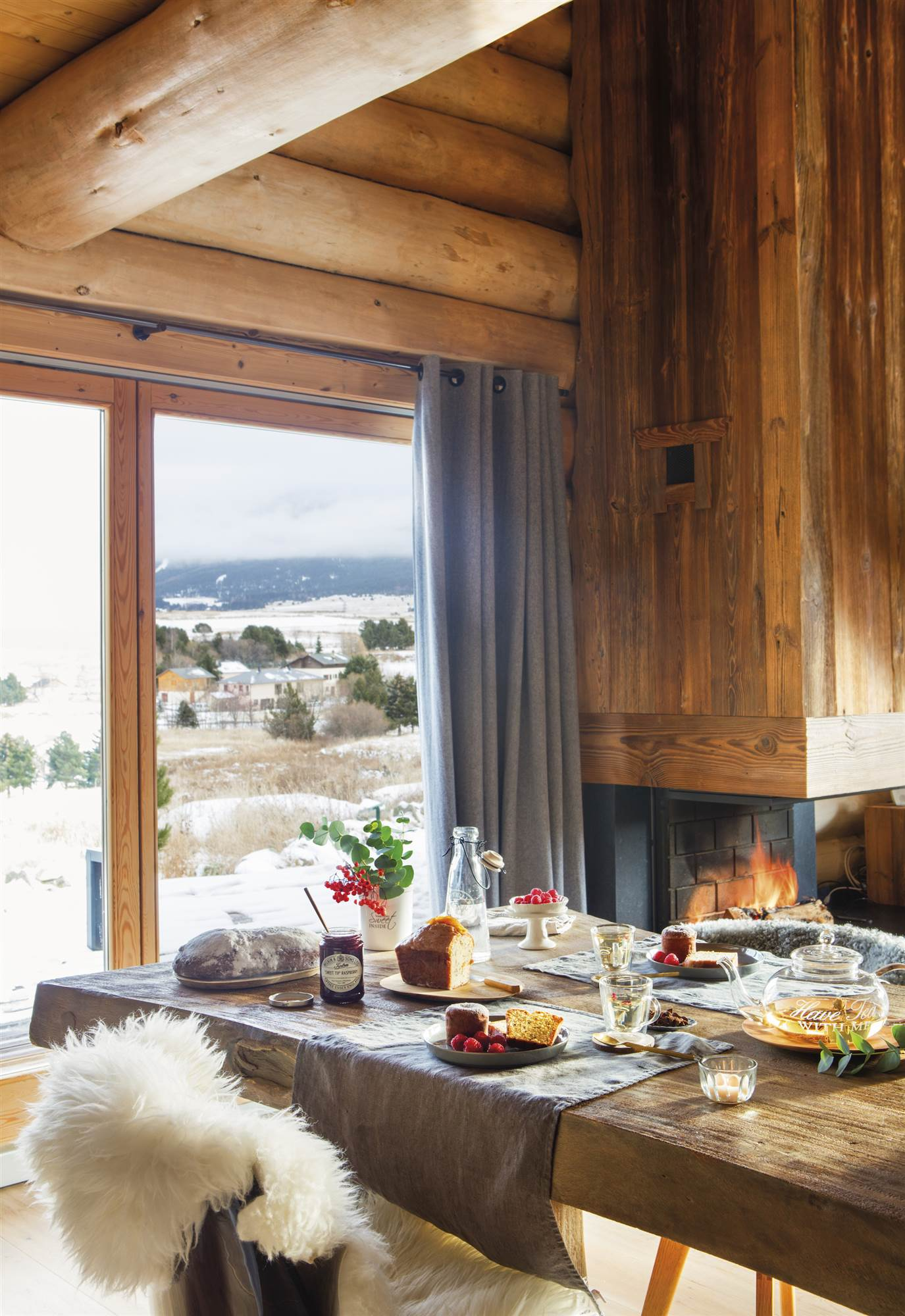 Casas r sticas de madera - Comedor con chimenea ...