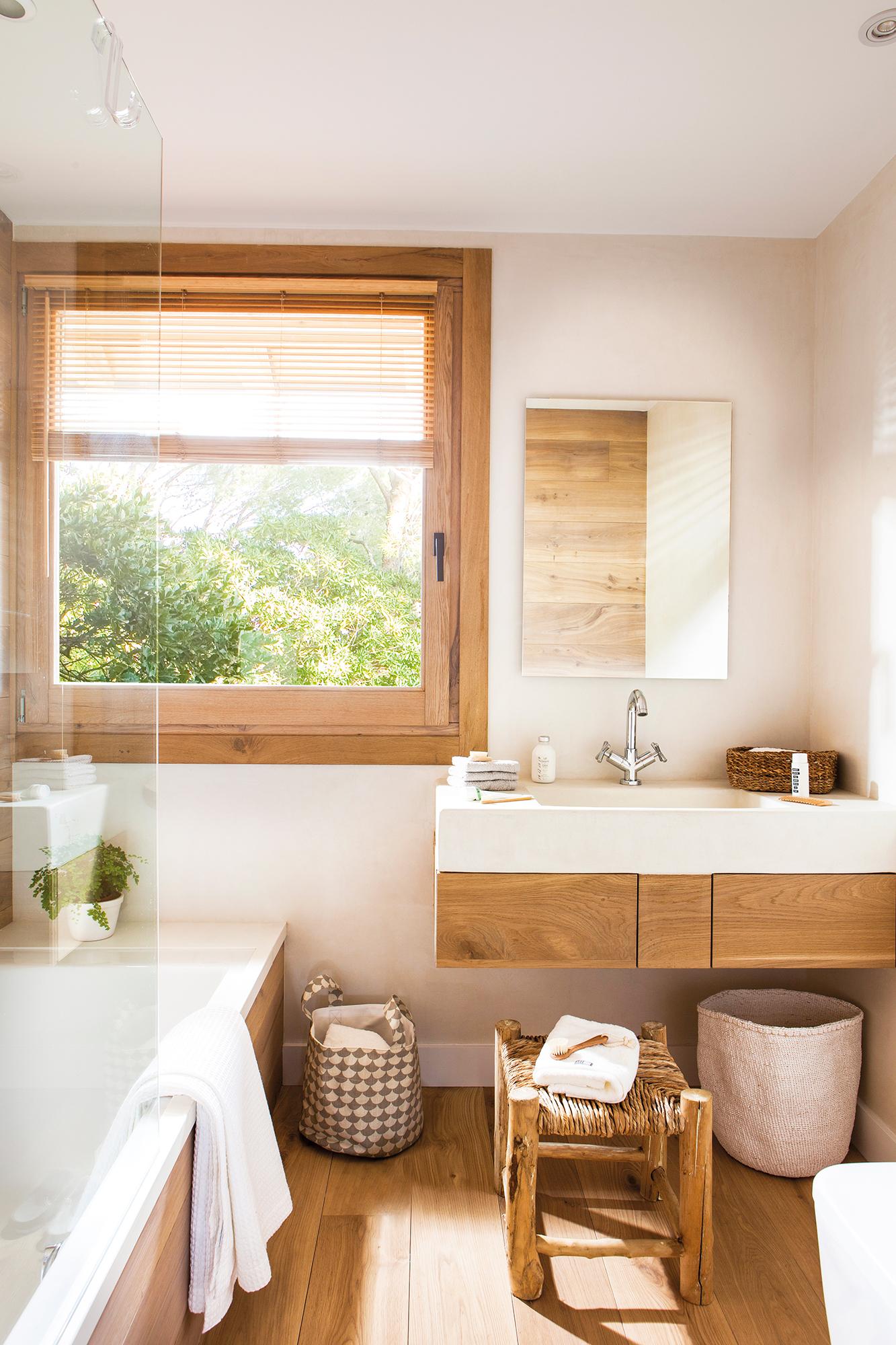 00444987b. Baño pequeño con bañera y mueble volado de madera_00444987b