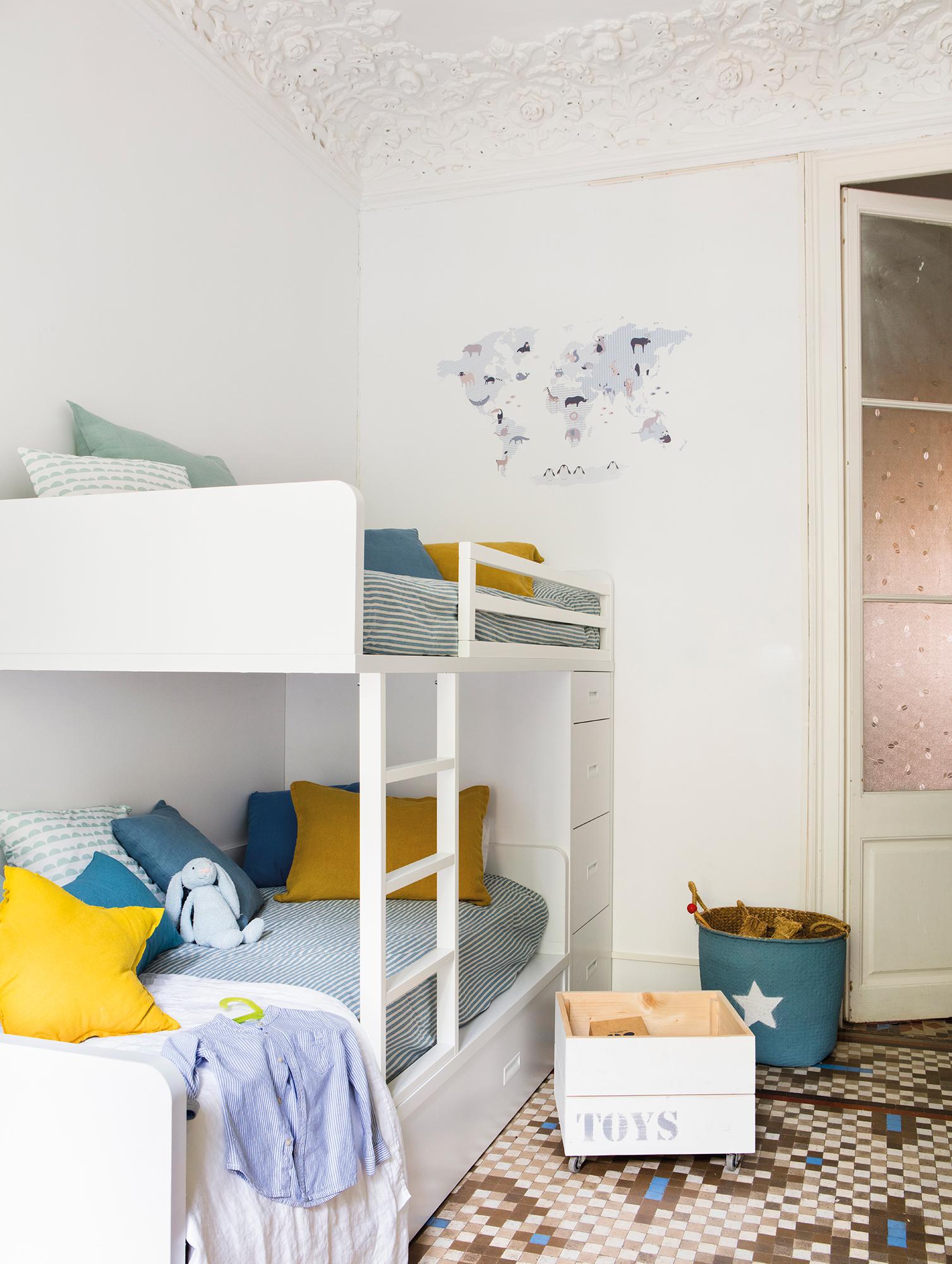 00461995b. Habitación infantil en blanco en finca regia con literas_00461995