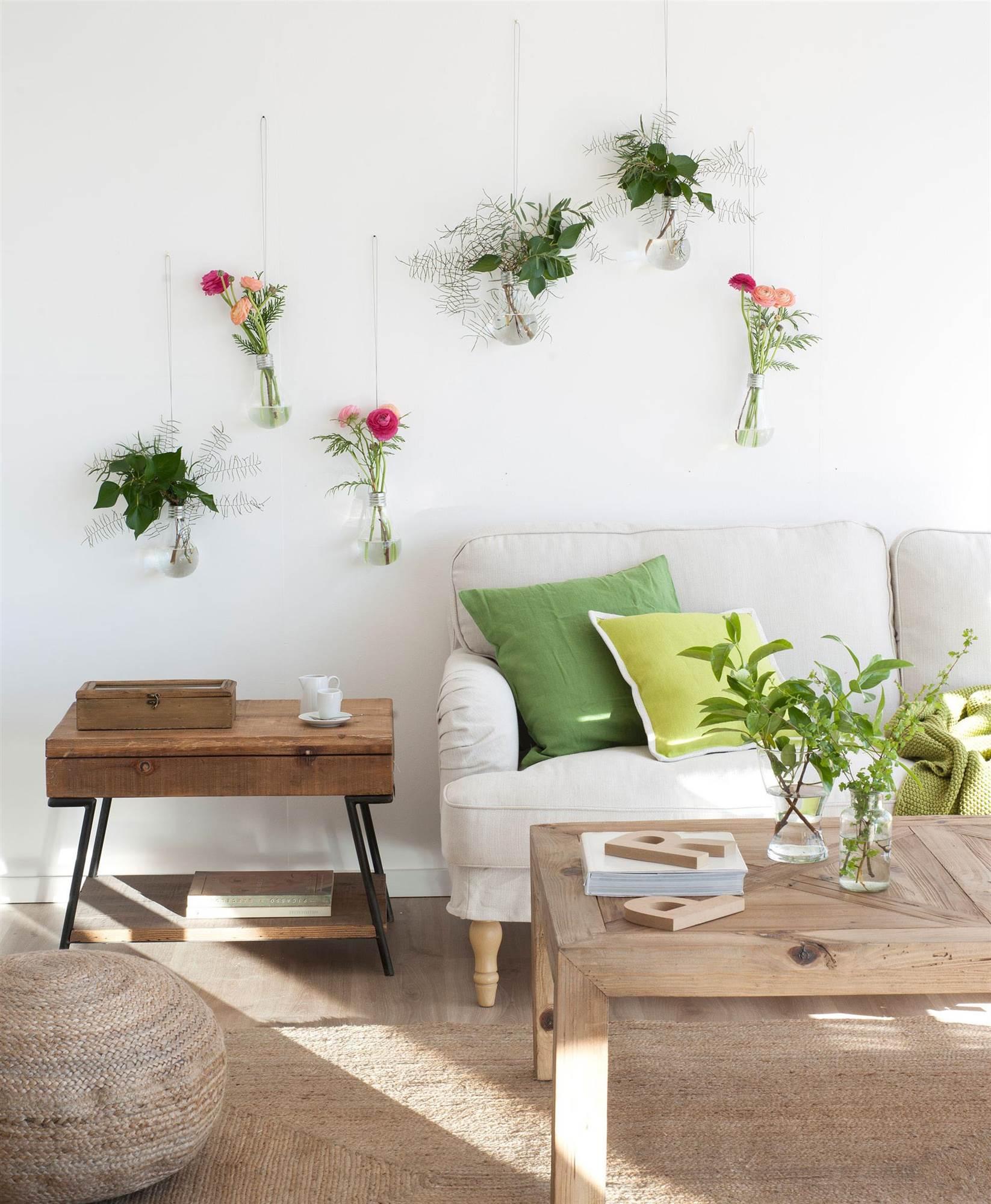pared de salon decorada con pequeños jarrones de flores 00433258 O. Decora  la pared del salón dee988d3209