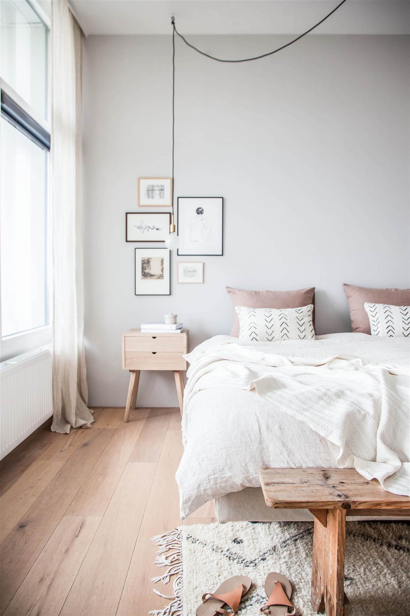 Dormitorio con pared gris claro