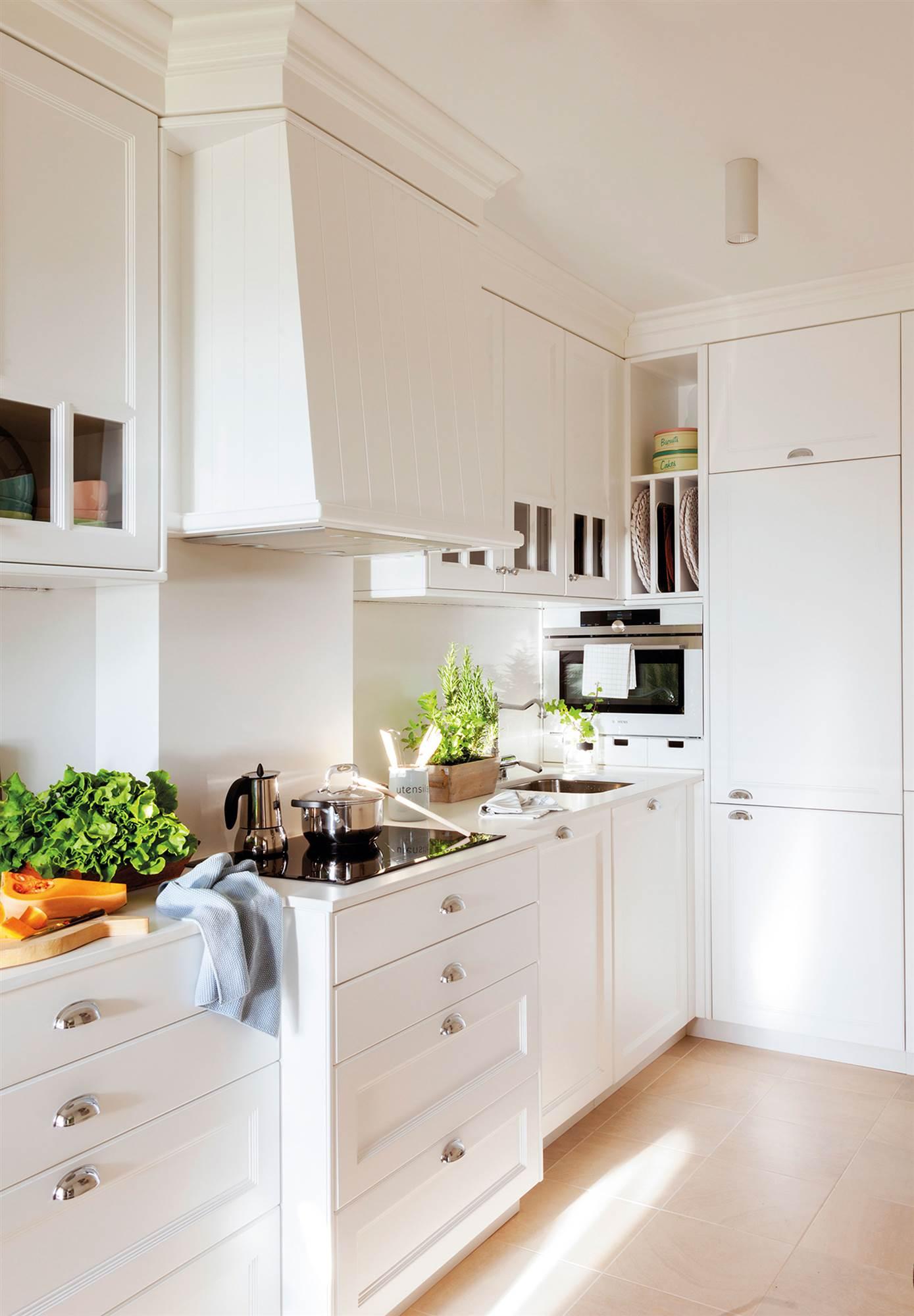 15 fotos de cocinas peque as bien aprovechadas - Decoracion de cocinas pequenas y alargadas ...