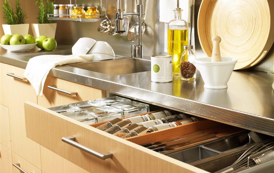 Accesorios para la cocina que optimizan el espacio y el orden - Ordenar armarios cocina ...