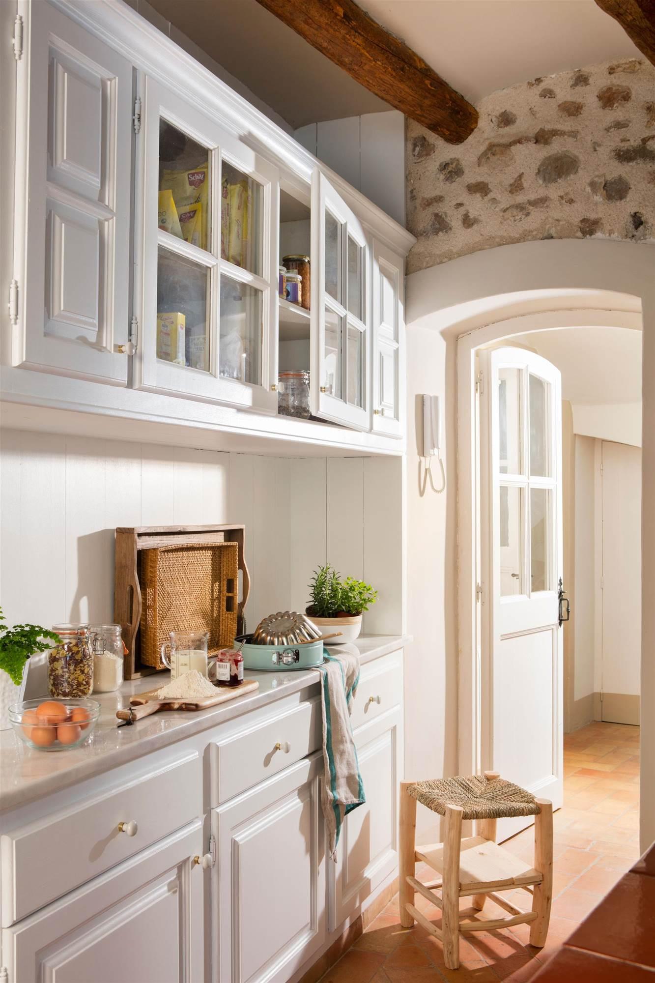 ca343b432f33 cocina rustica con muebles blancos_00455471 O. ¿Y un armario o los muebles  de cocina