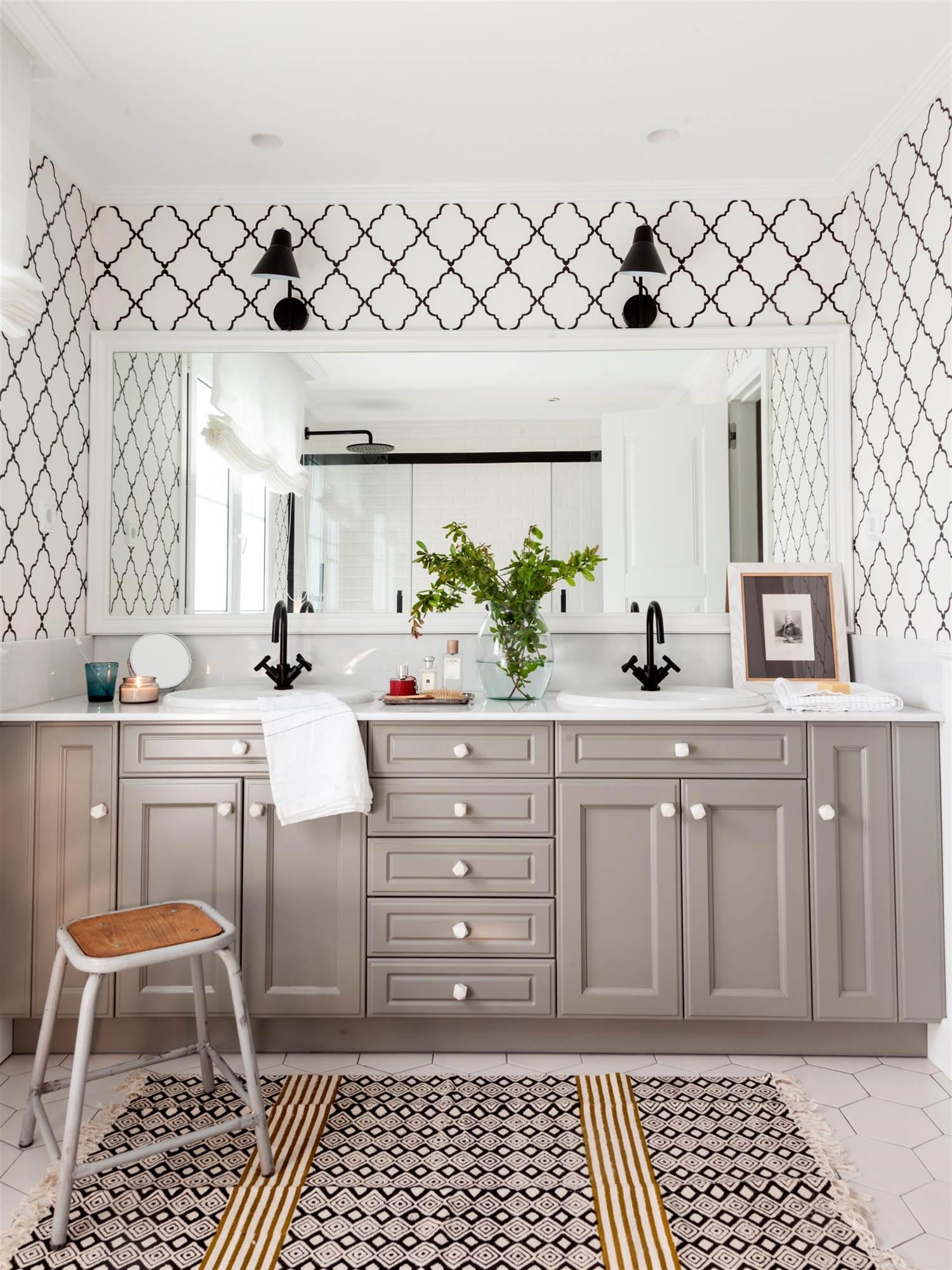 30 ideas para renovar tu casa con un bajo presupuesto - Armarios pared bano ...