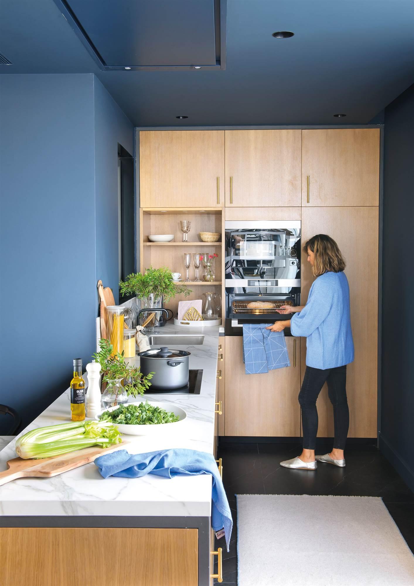 Cocinas blancas o cocinas con color ventajas e inconvenientes for Cocina pintura pato azul