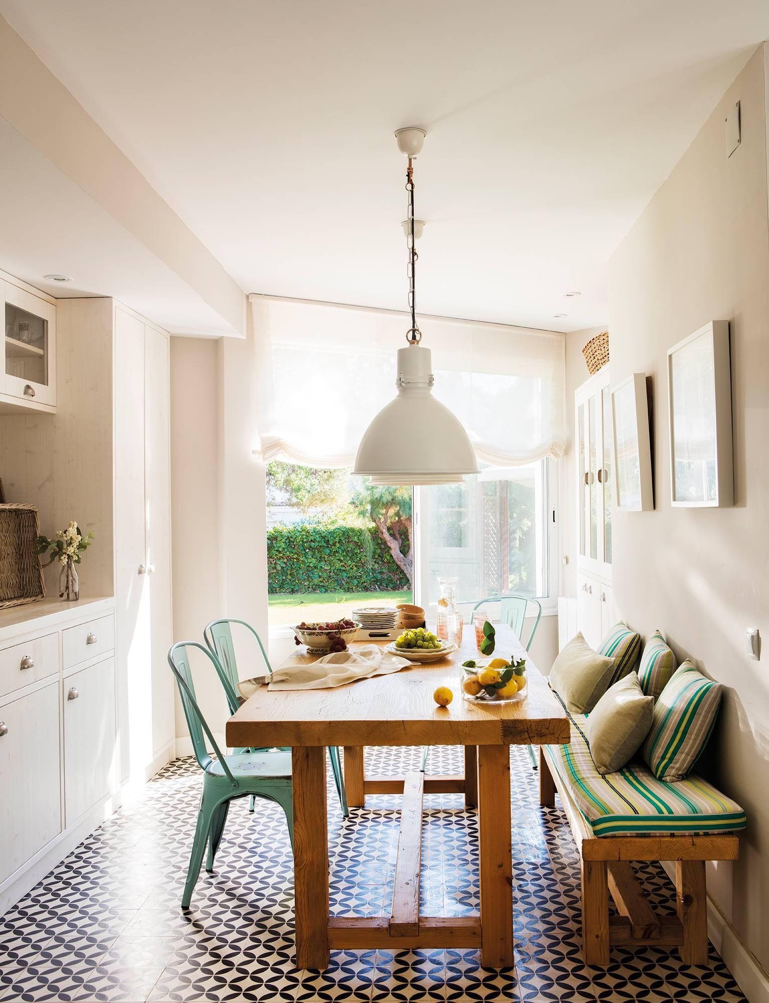 office-abierto-a-la-cocina-en-blanco-con-mesa-de-madera-y-banco-y-sillas-tolix-verdes -00442916 41512bb3. El savoir faire del hidráulico