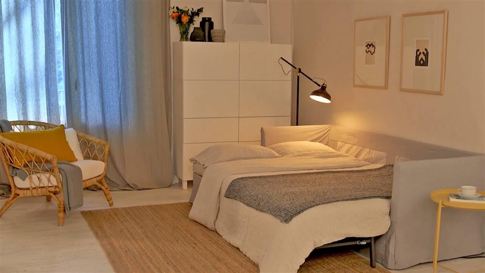 Un salón que se transforma en habitación de invitados por la noche