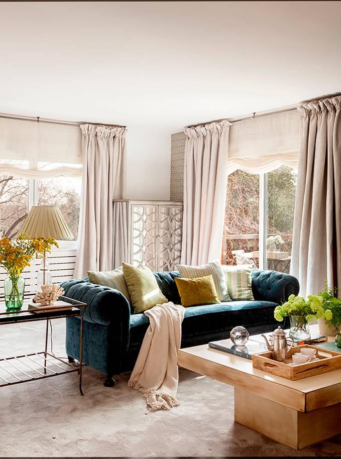 00455091 O. salón con sillón en color azul mesa de madera y suelo con moqueta 00455091 O