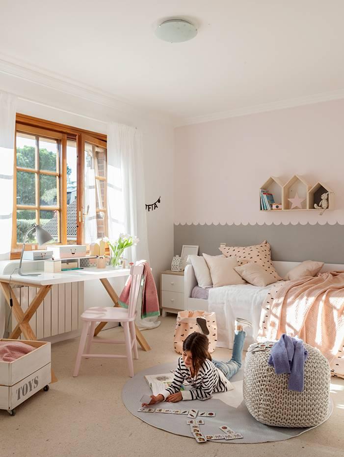 dormitorio de niña con escritorio y puf 00443166 O. Crecer en libertad 6f52c1971490