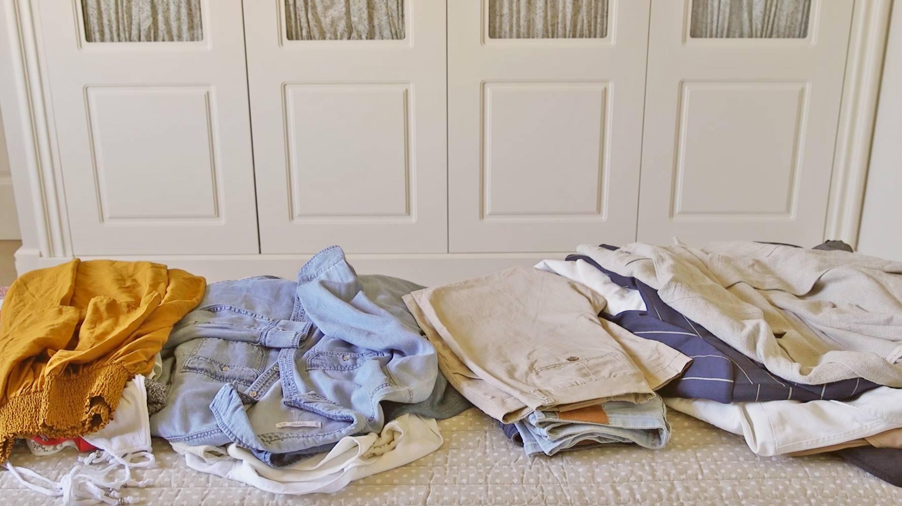 Prendas de ropa divididas en montones para cambio de armario. La nueva operación bikini