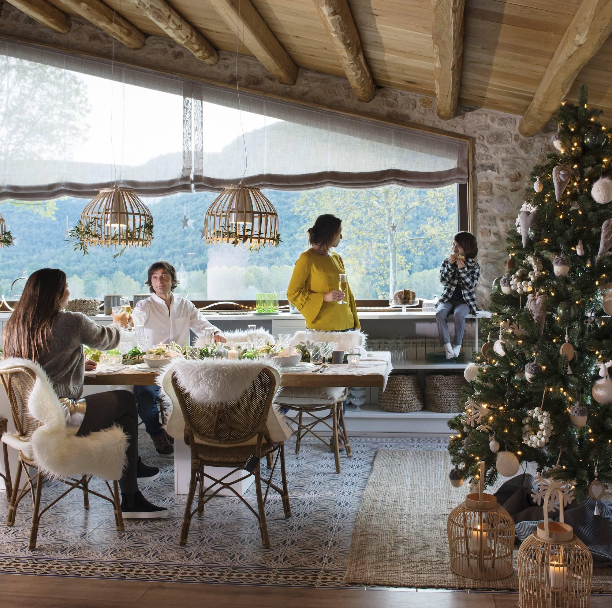 8526ee9a56c familia en salon decorado de navidad 00471072 O. Diciembre  unas fiestas  diferentes