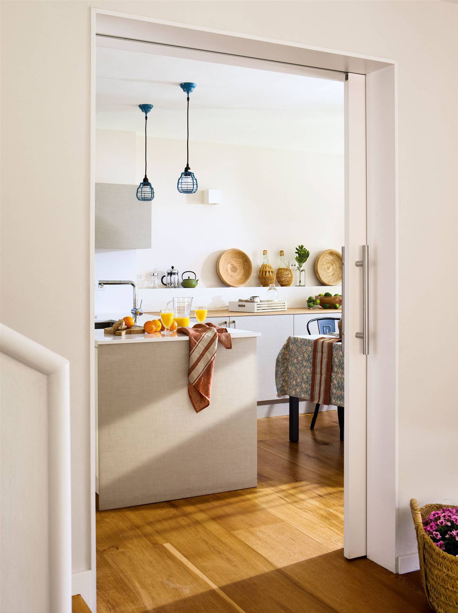 Cocina con puertas correderas cool puerta corredera for Puerta corredera cocina