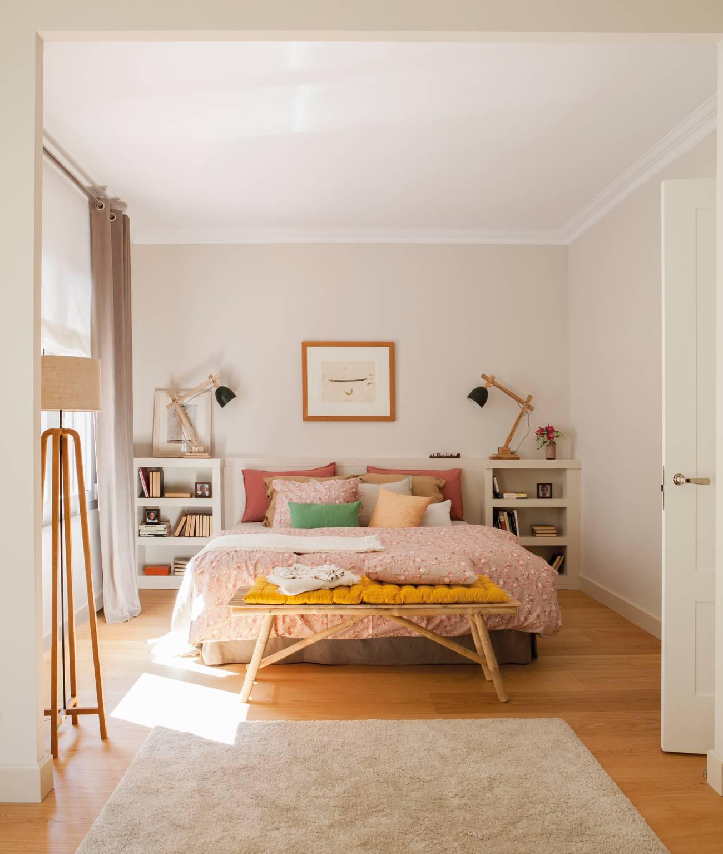 Dormitorio con alfombra y lámpara de pie y banqueta pies de cama y tonos en Rosa 436667