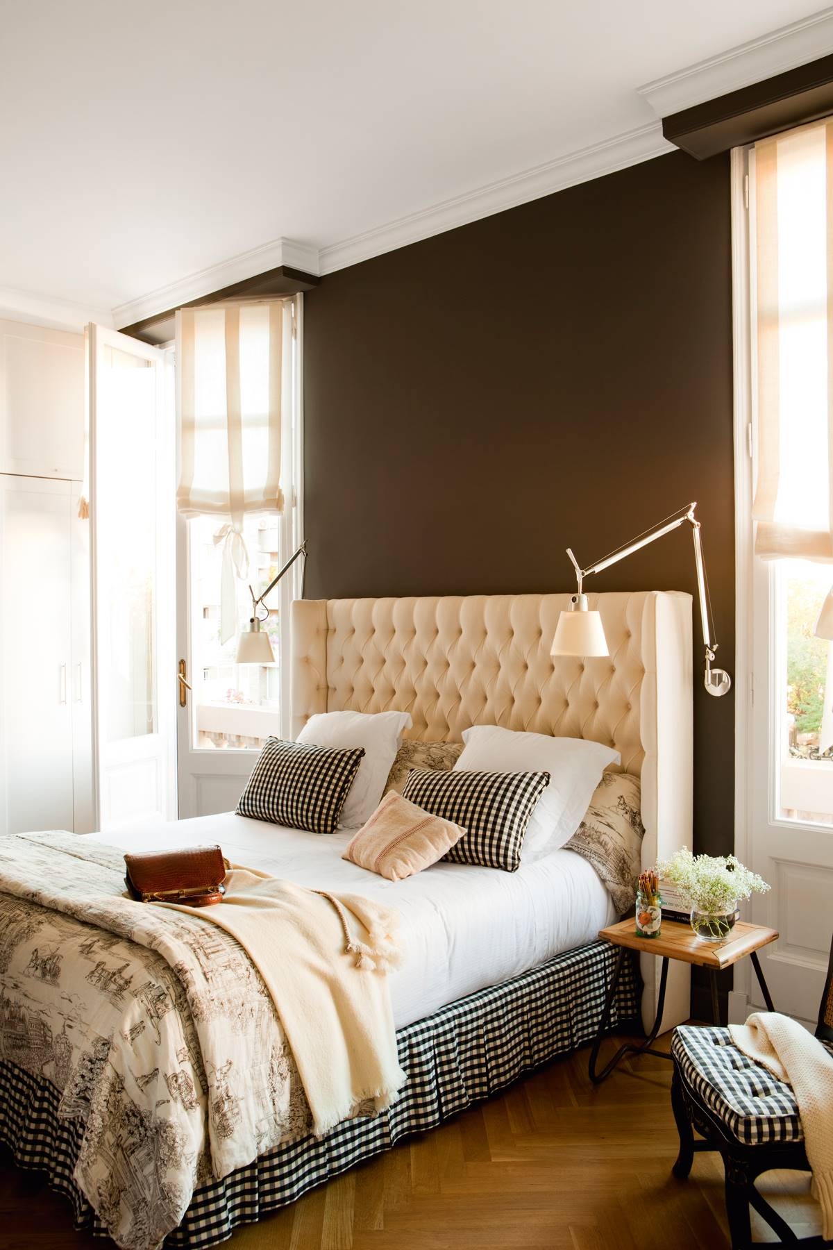 Dormitorio con cabecero-capitone-pared-negra-y-ropa-blanca-y-negra 397809