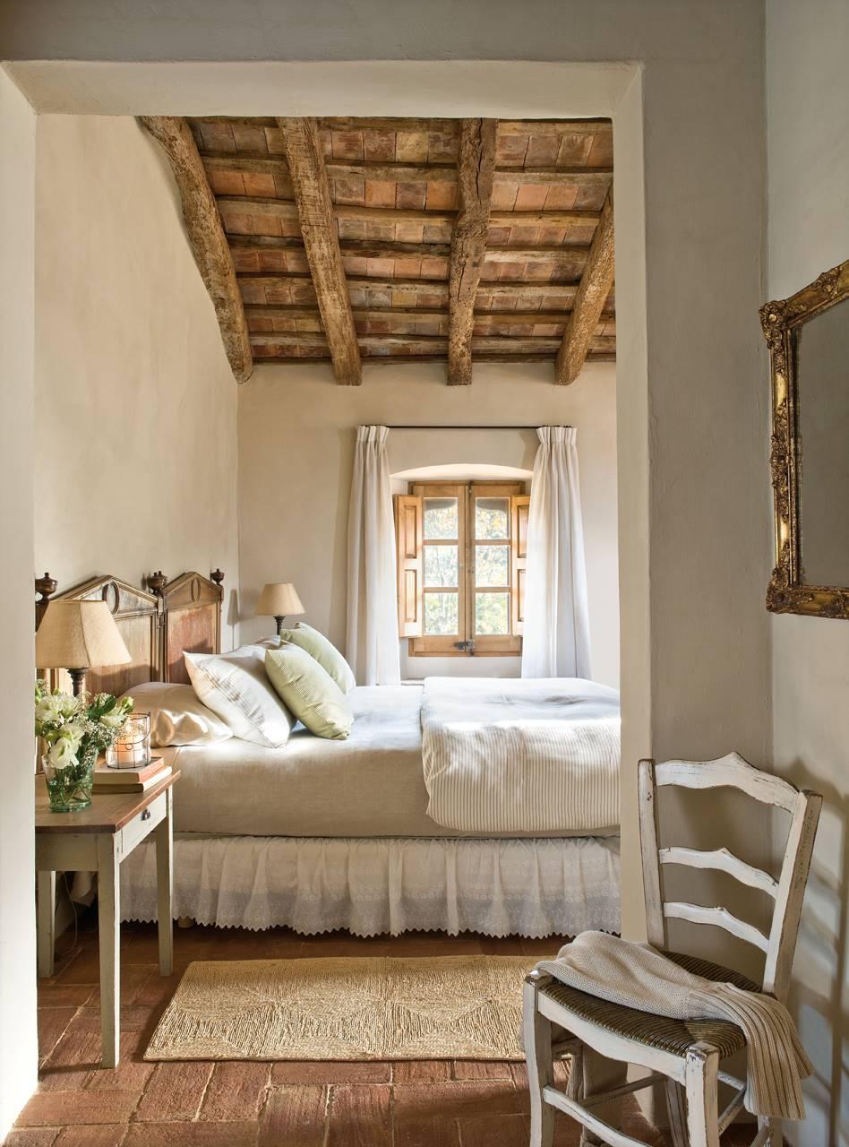 Dormitorio con vigas madera silla vintage y faldón en la cama. Dormitorio con vigas madera silla vintage y faldón en la cama_260649