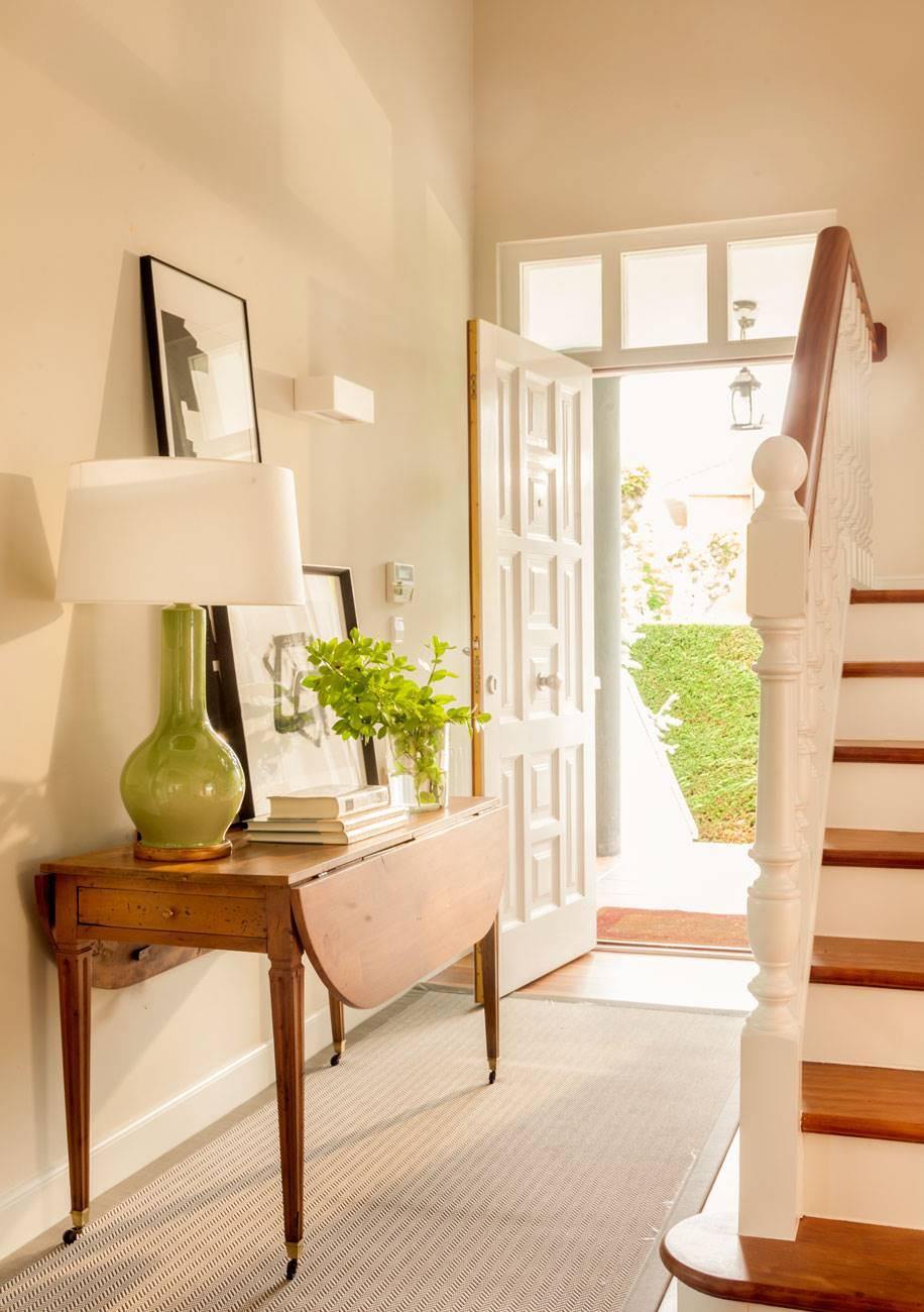 recibidor-con-consola-con-ruedas-y-lampara-de-sobremesa-verde 483230 O. Junto a la escalera