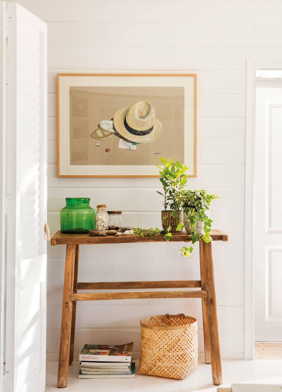 recibidor-pequeño-con-consola-de-madera-y-jarrones-y-cuadro-en-la-pared 485084. El arte de la naturalidad