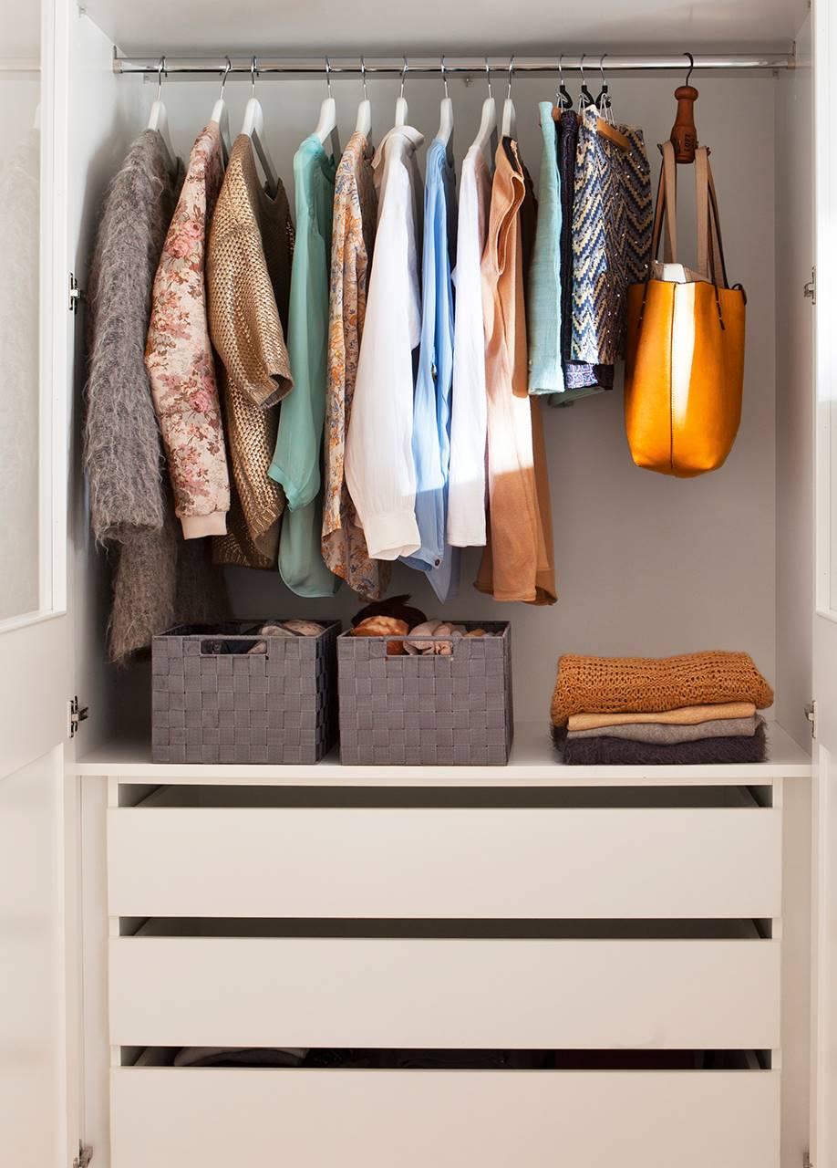 Interior de armario método Marie Kondo. Orden en casa, orden en la vida