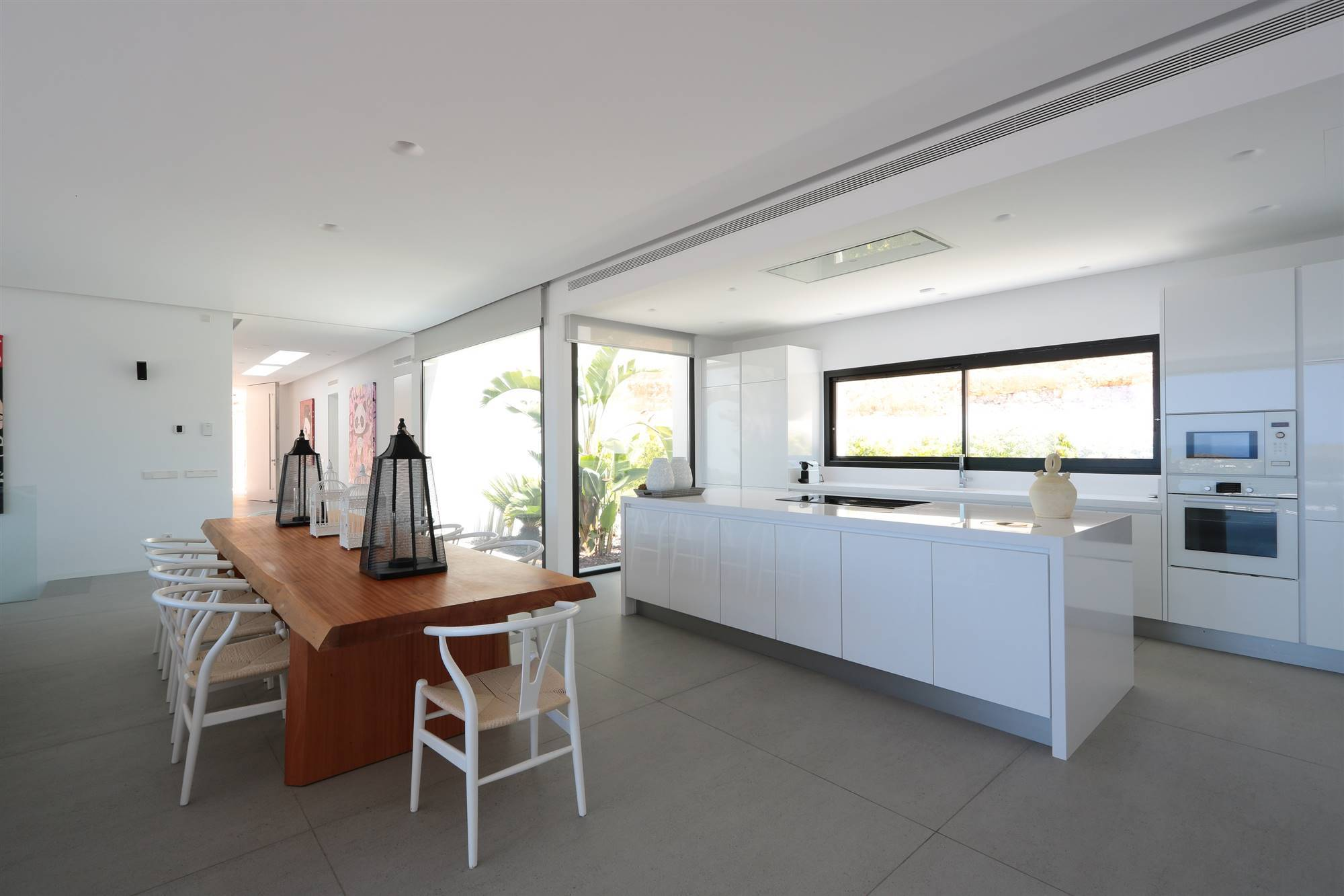 dekton iconic white kitchen - strato floorcuanto-cuesta-cambiar-suelo. ¿Conoces las 'solid surfaces'?