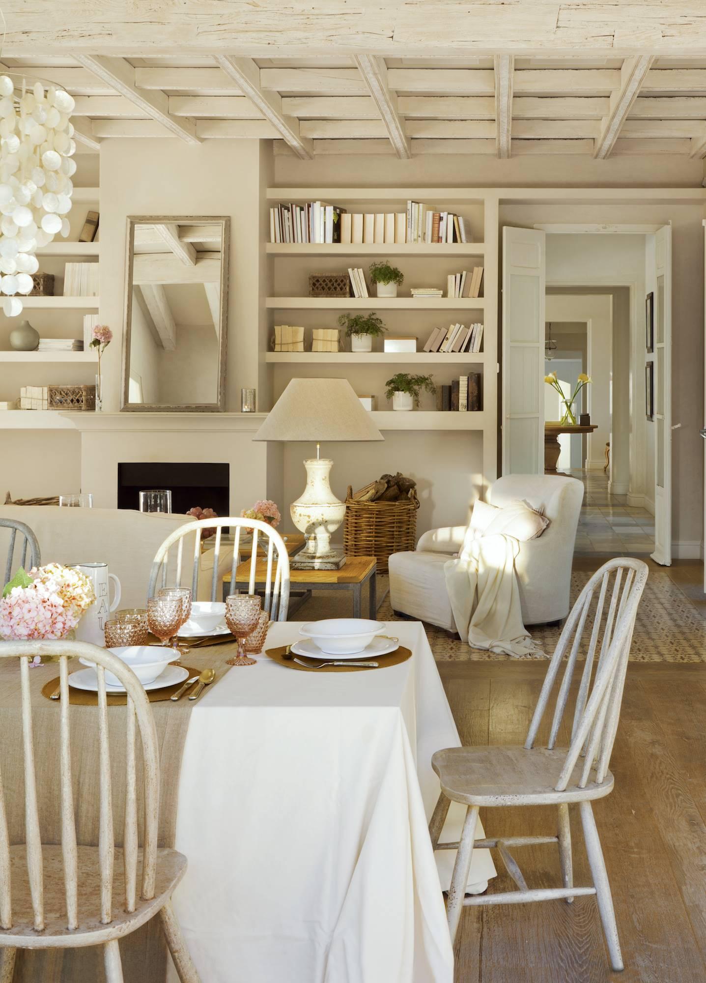 salon comedor rustico blanco y beig 00404546. El color beige lo tiene todo: es cálido y luminoso