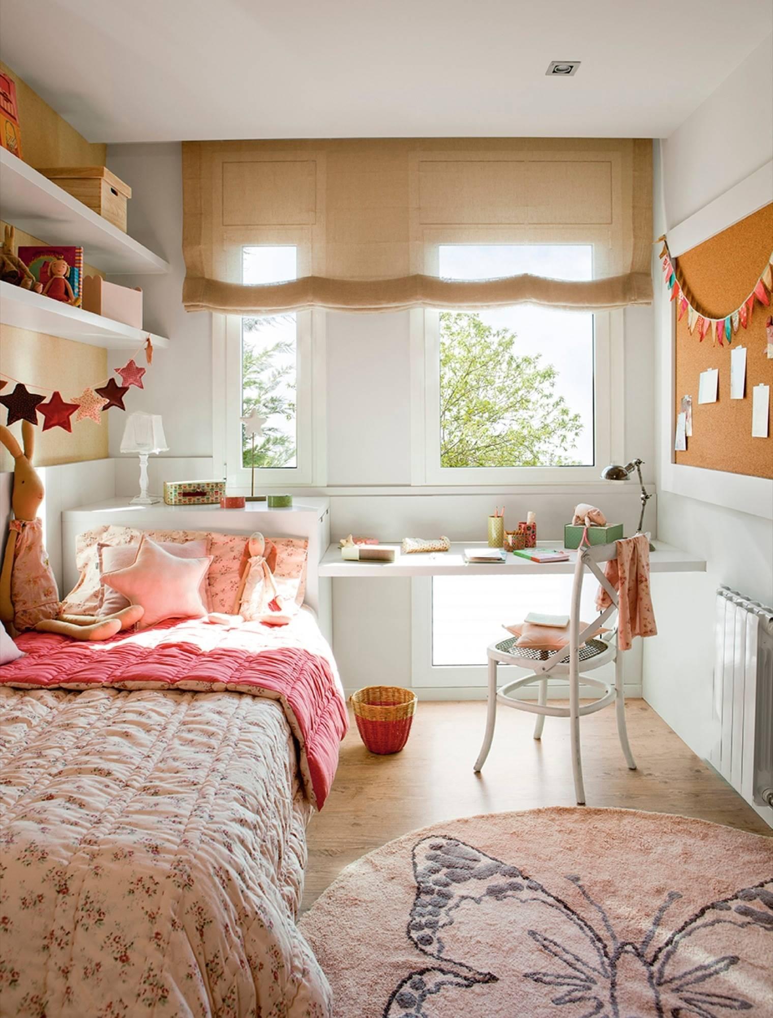 Habitación juvenil con estores en la ventana alfombra y escritorio con silla_394752. Un dormitorio juvenil color rosa