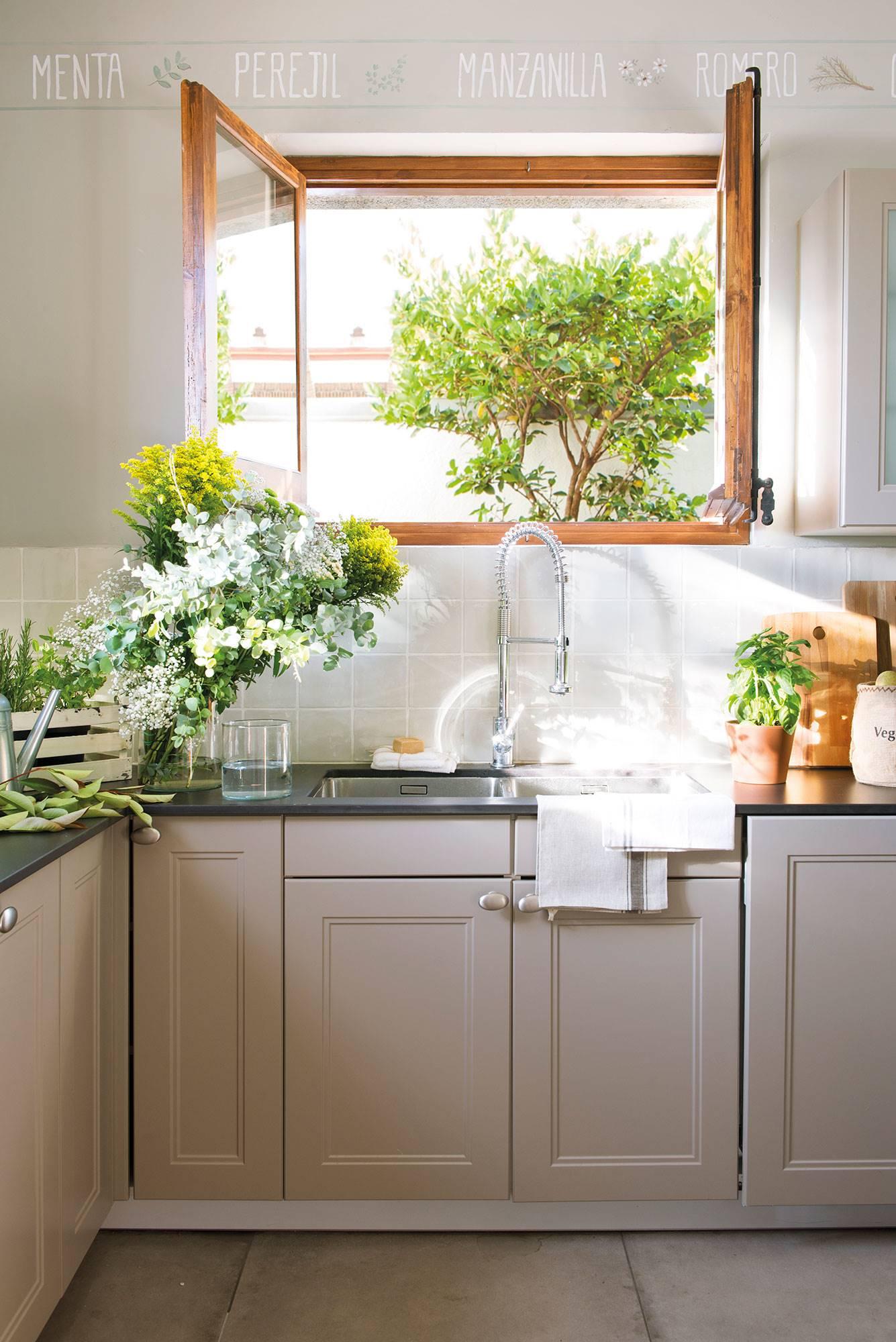 f62a8040c Semitoma de cocina con fregadero y ventana al jardín. ¿Dónde es mejor  ponerlo?