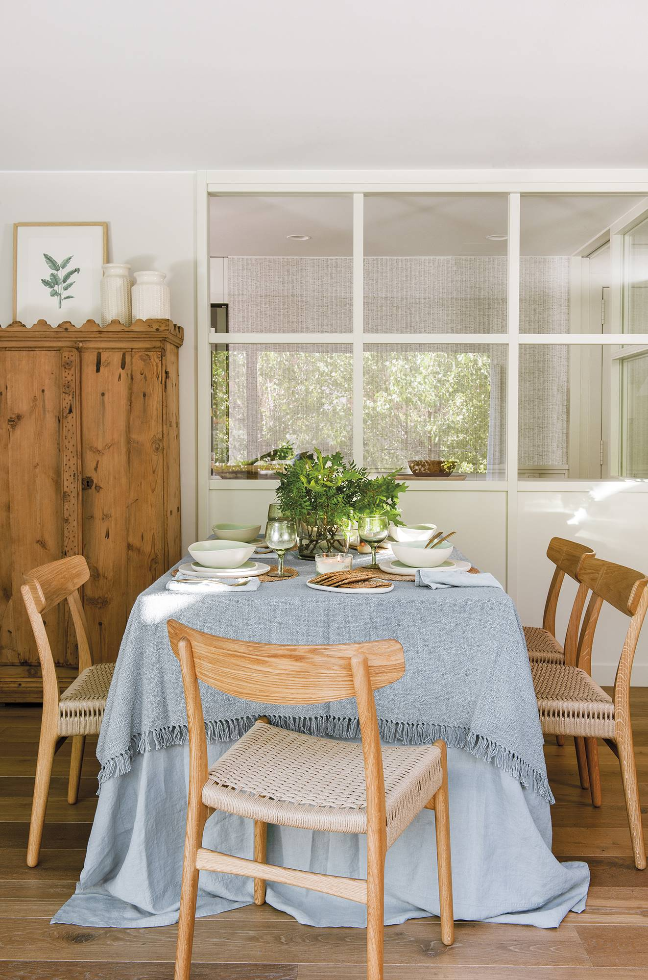 020 DSC5750-2. Detrás del comedor, la cocina con ventana interior