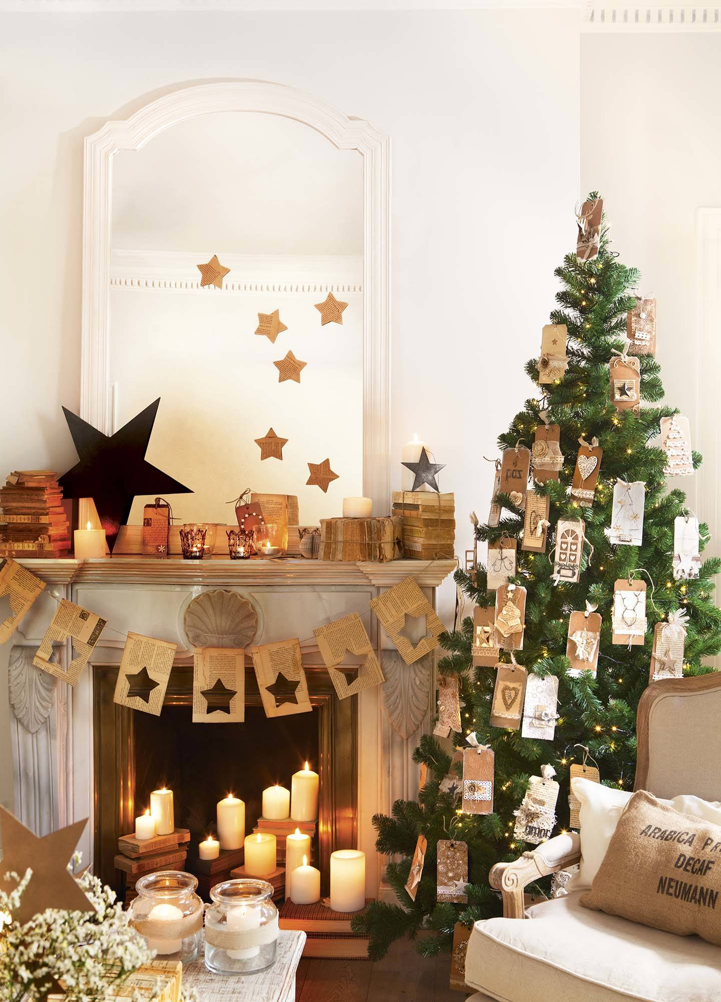 ec12aa9d77044 árbol de Navidad decorado con tarjetas DIY y chimenea con velas. Navidad DIY