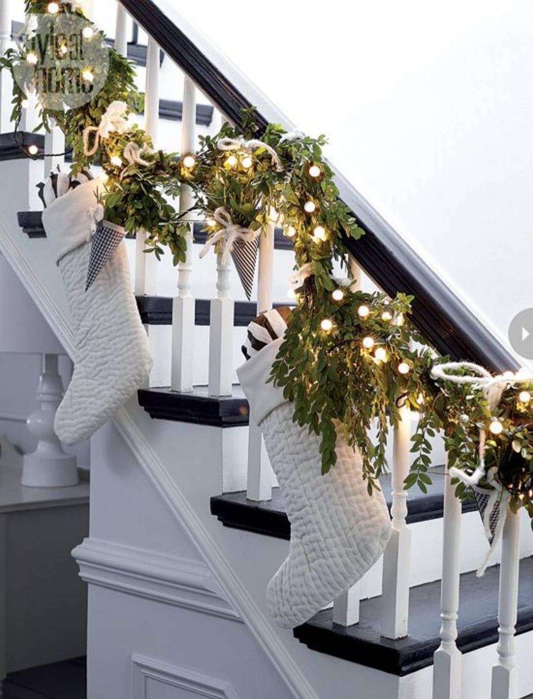 NUEVA DIY 8. Una guirnalda de verde y con luces para la escalera