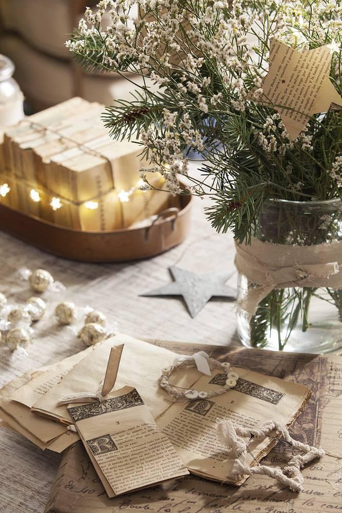 Detalle de Navidad con papeles antiguos. Adornos DIY hechos con papeles antiguos