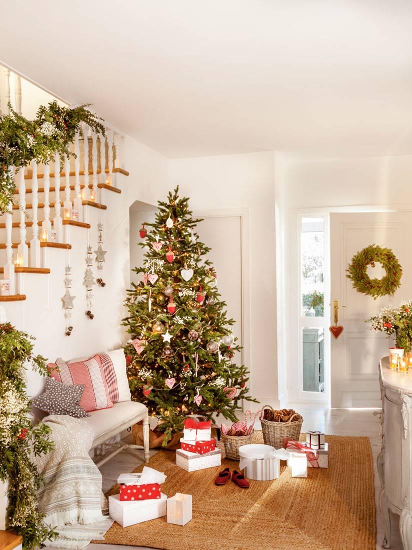 Recibidor con albol de navidad y regalos sobre alfombra. Detalles DIY para decorar el recibidor