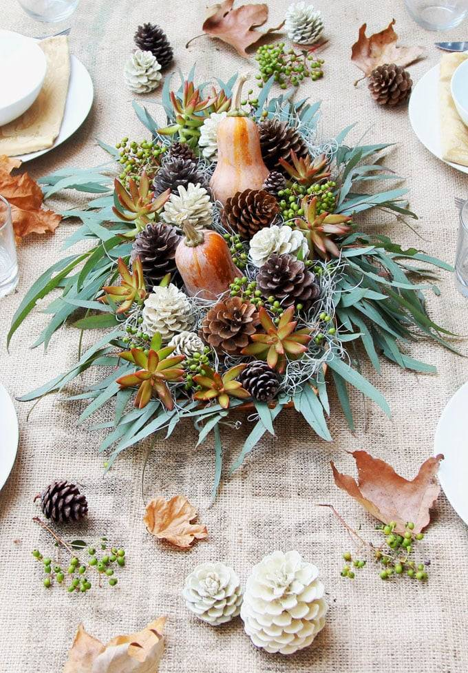 make-bleached-pinecones-diy-whitewash-pine-cones-holiday-thanksgiving-christmas-decorations-fall-winter-decor-crafts-farmhouse-white-natural-apieceofrainbow-6. Un centro otoñal