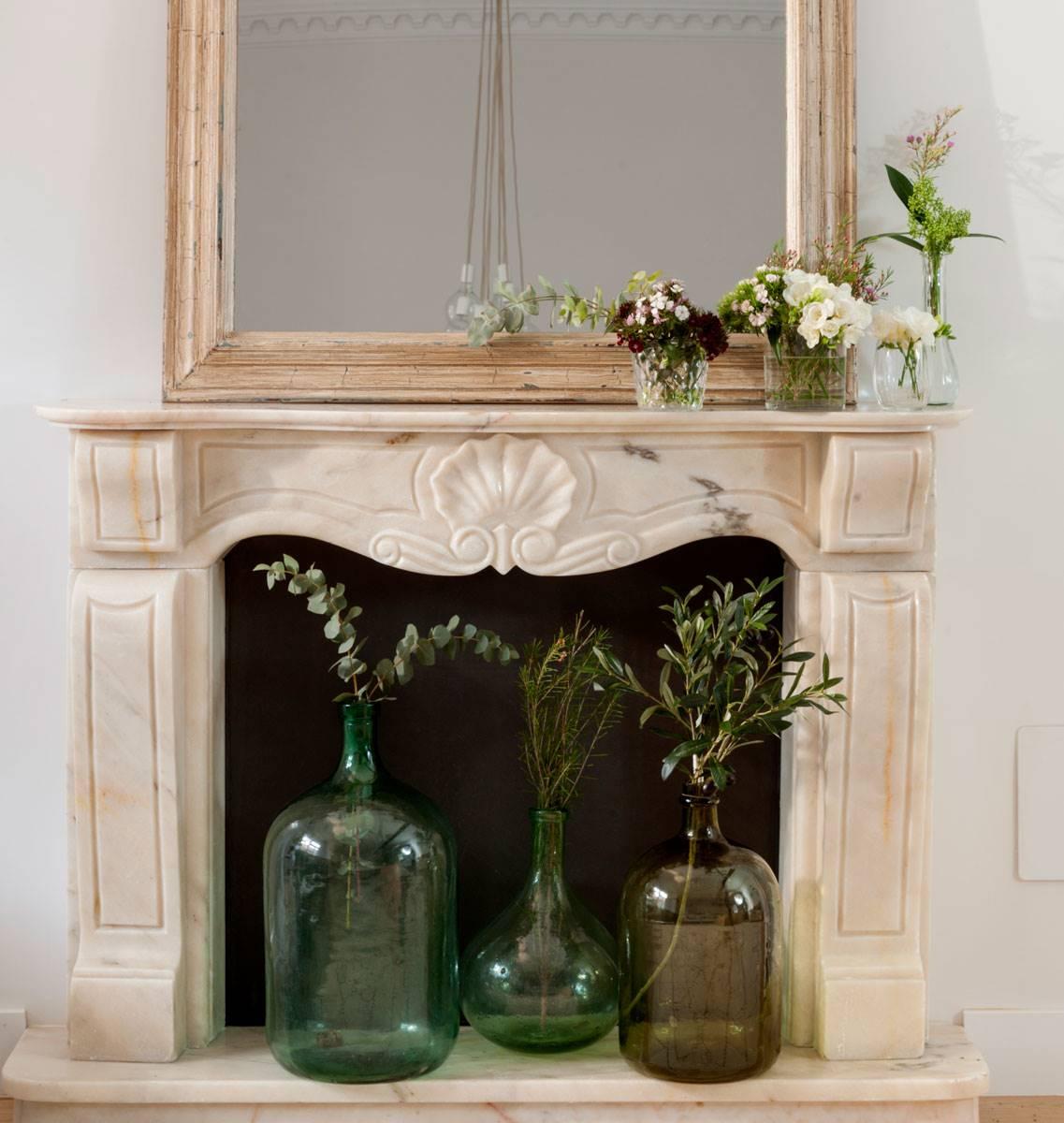 chimenea-de-marmol-blanco-con-tres-jarrones-tonalidades-verdes-con-eucaliptus-y-romero 00452048 O. Romero