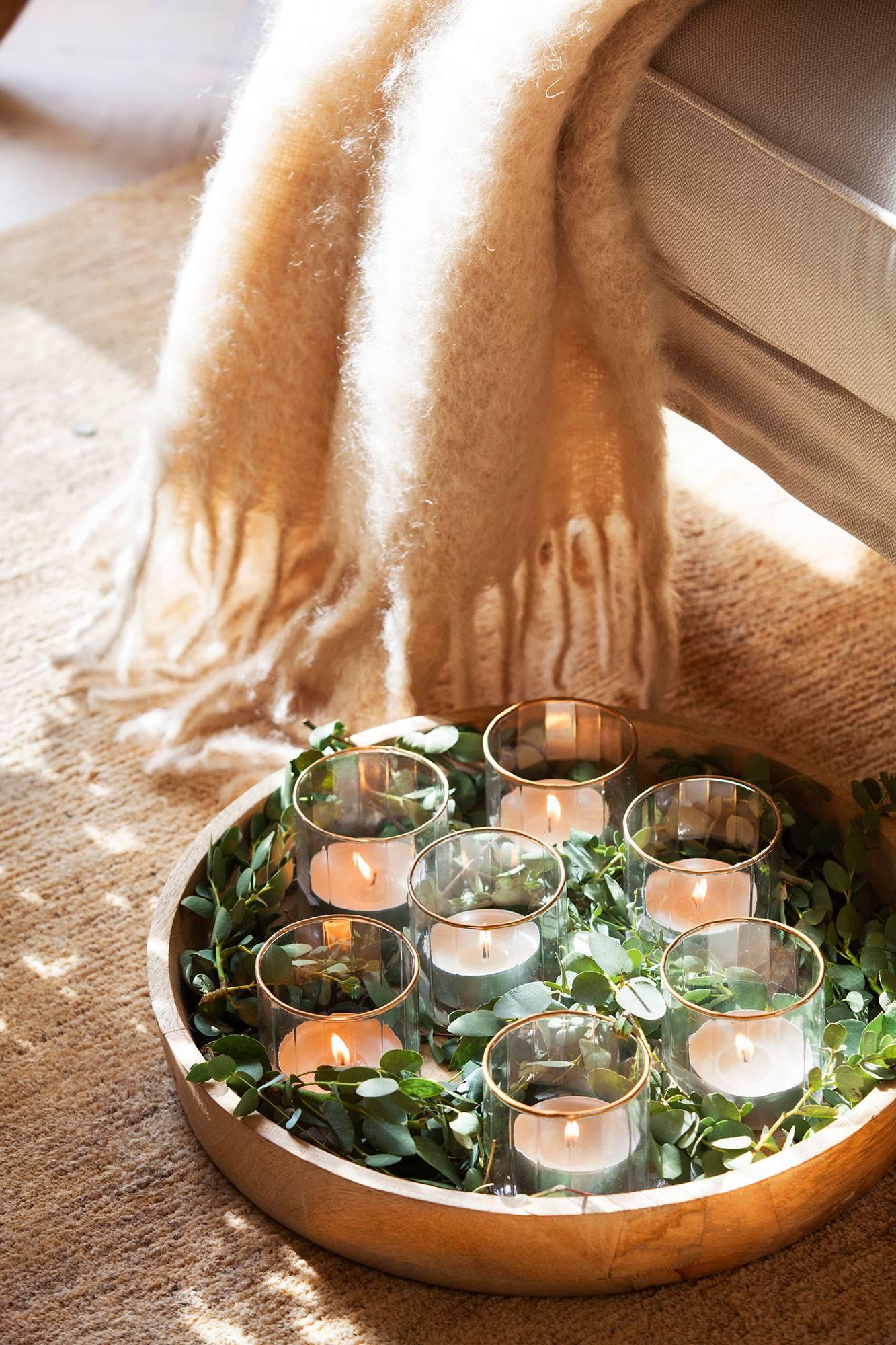Detalle de centro con velas y eucalipto. Eucalipto