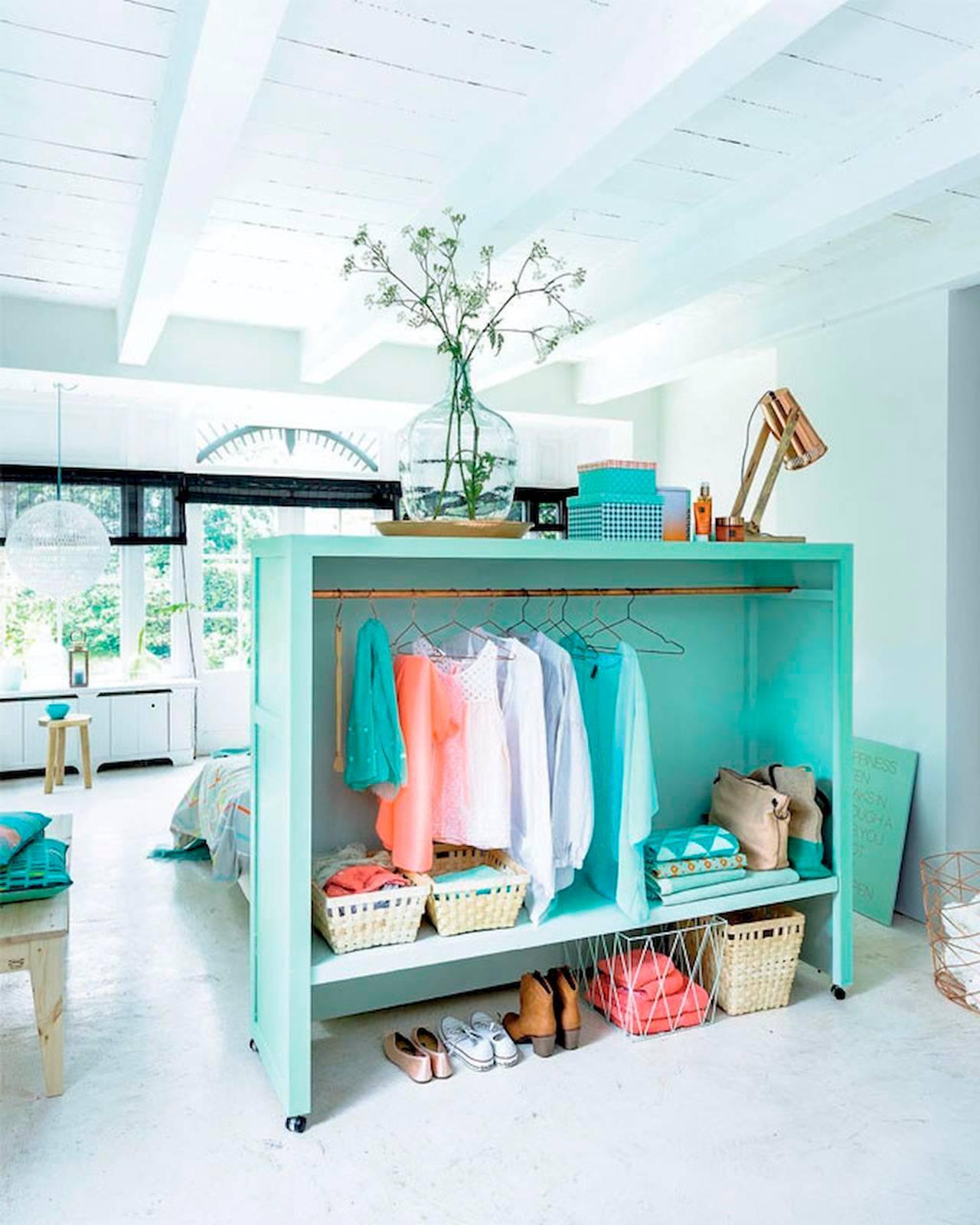 Vestidores abiertos con ideas para ordenar la ropa