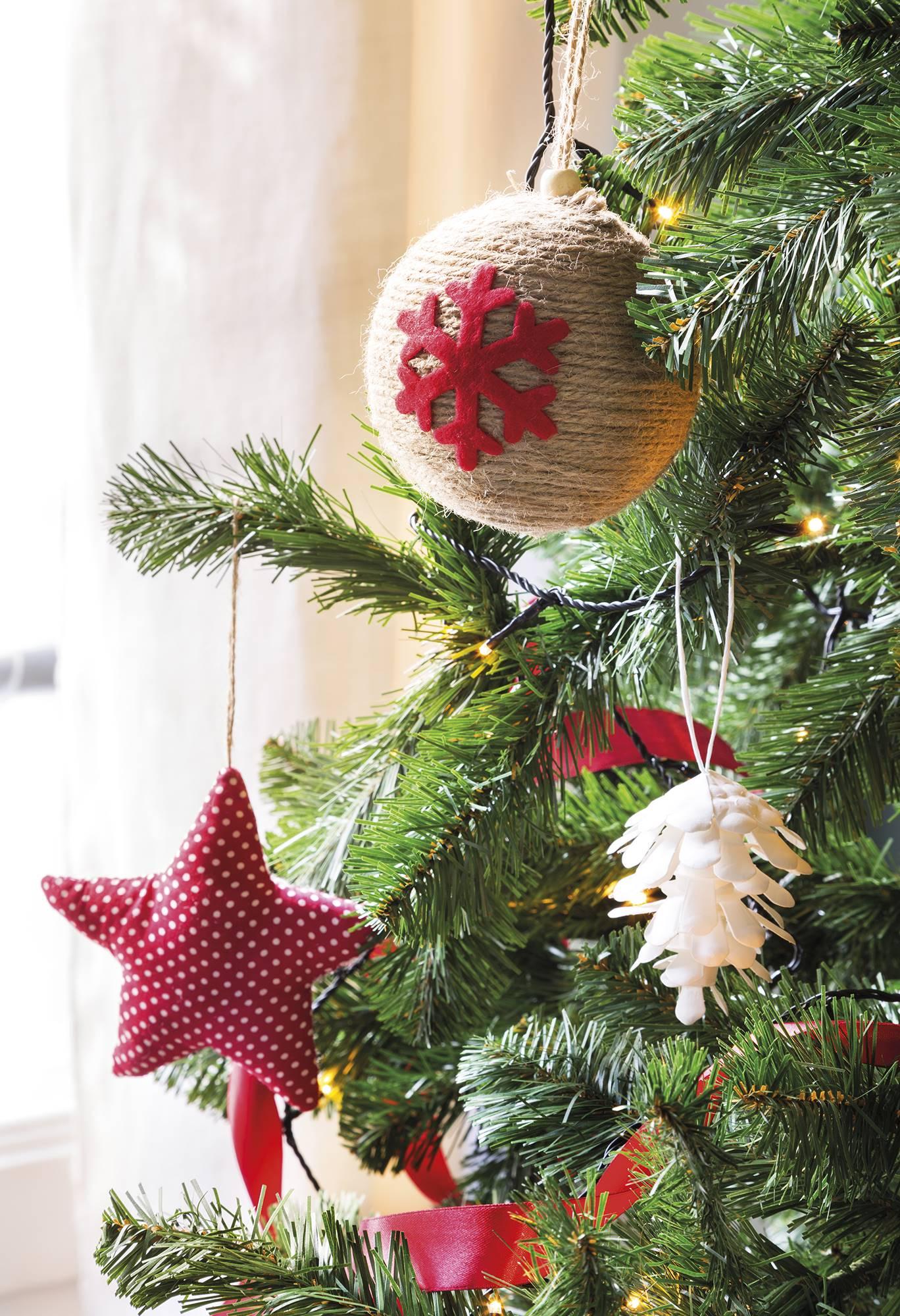 531810c26f9 Adornos en rojo del árbol de Navidad